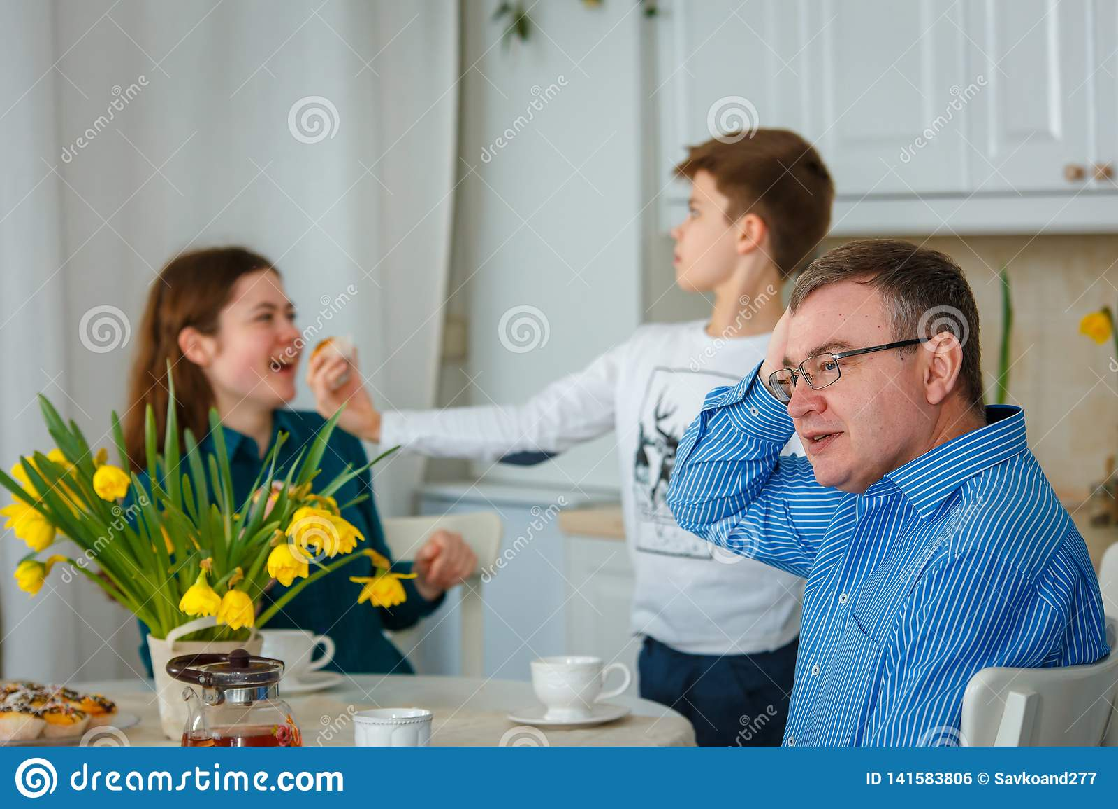 Il papà è preoccupato quando i bambini sono impertinenti