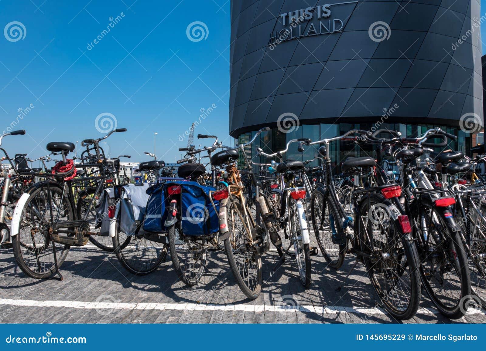 """Il parcheggio delle bici davanti """"questo è alla costruzione dell Olanda """""""