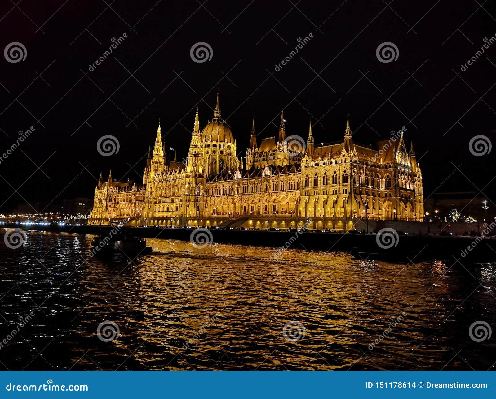 Il Parlamento alla notte