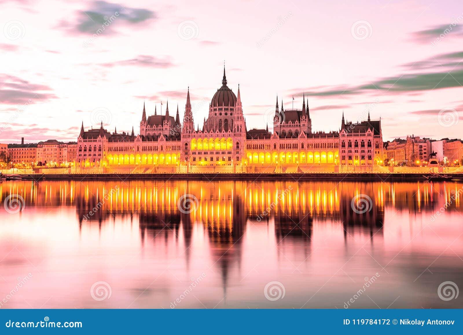 Il Parlamento e riva del fiume a Budapest Ungheria durante l alba Punto di riferimento famoso a Budapest