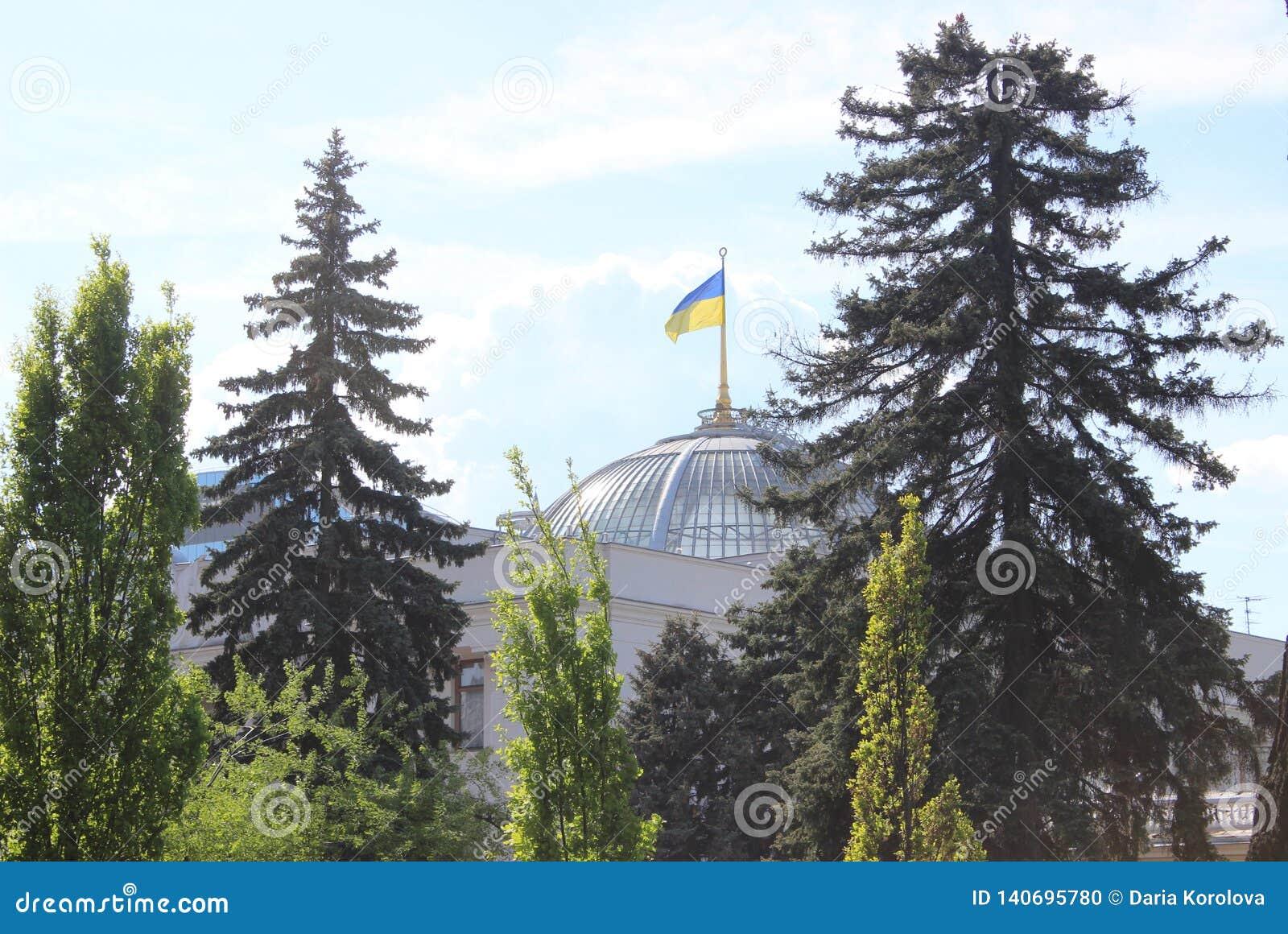Il Parlamento ucraino con una bandiera ucraina sul tetto