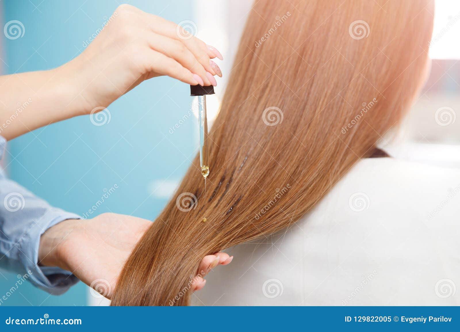 Il Parrucchiere Matrice Applica L'olio A Cura Di Capelli ...