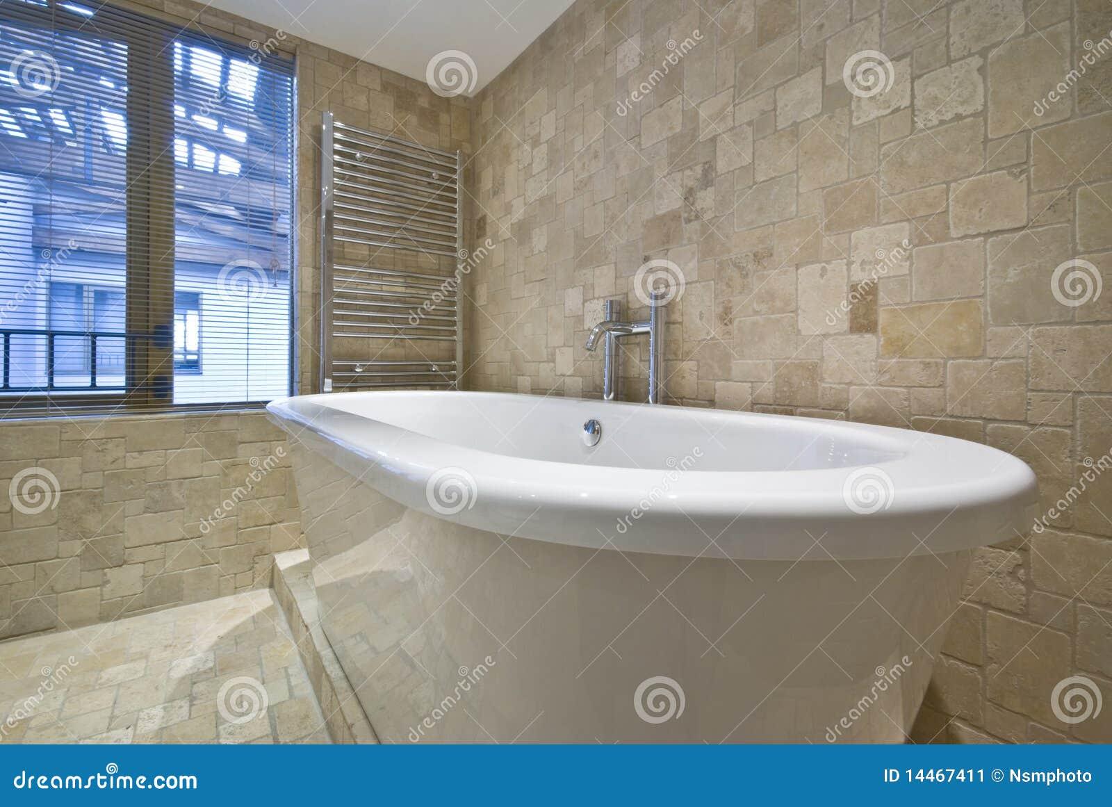 il particolare della vasca di bagno con la pietra ha coperto di tegoli le pareti immagine