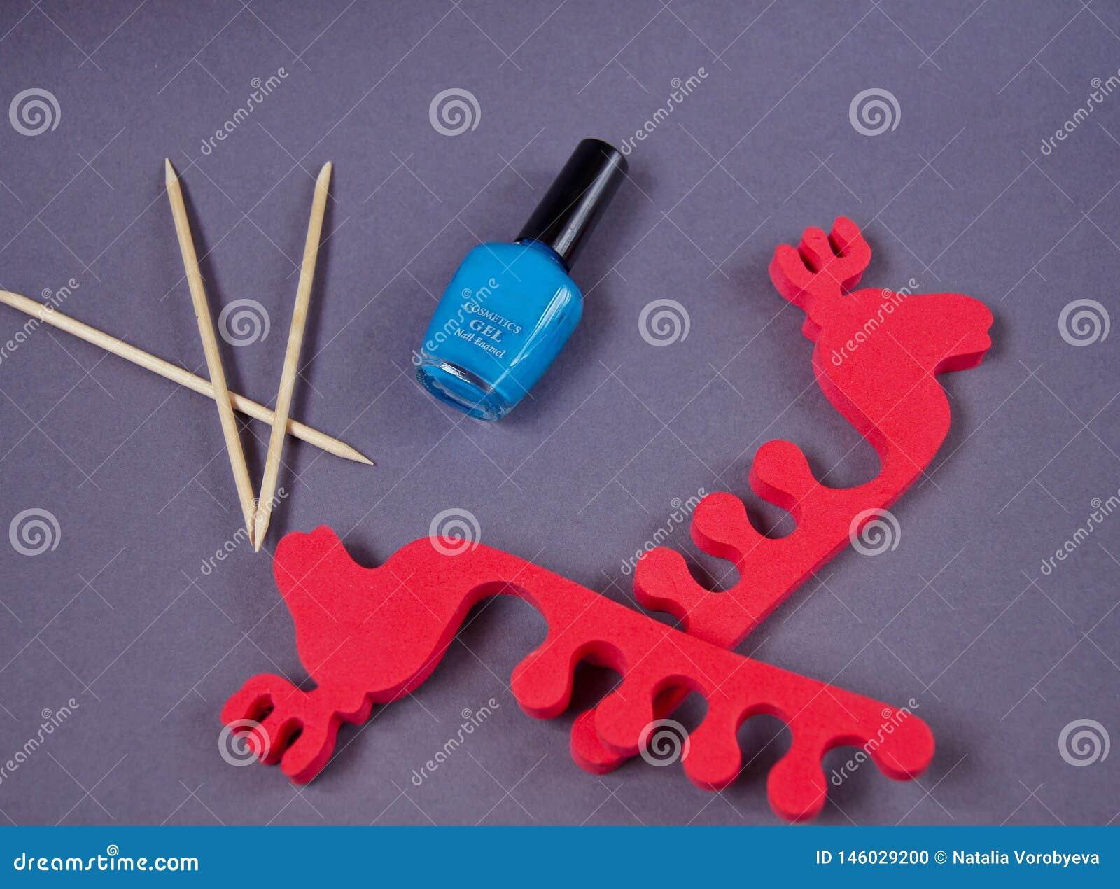 Il pedicure ha fissato consistere delle calce, dispositivo di rimozione della cuticola, smalto, ciotola con il dispositivo di rim
