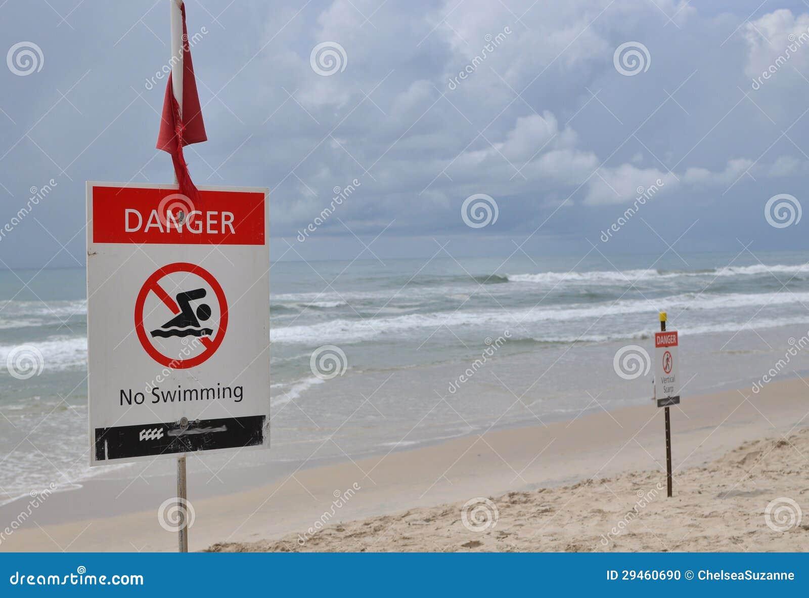 Il pericolo e segnale di pericolo lungo la parte anteriore della spiaggia
