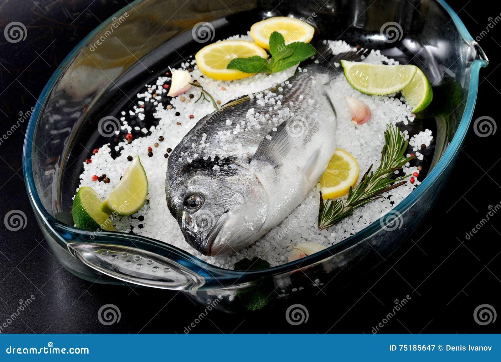 Il Pesce Di Dorado è In Piatto Di Vetro Con Sale Il Rosmarino