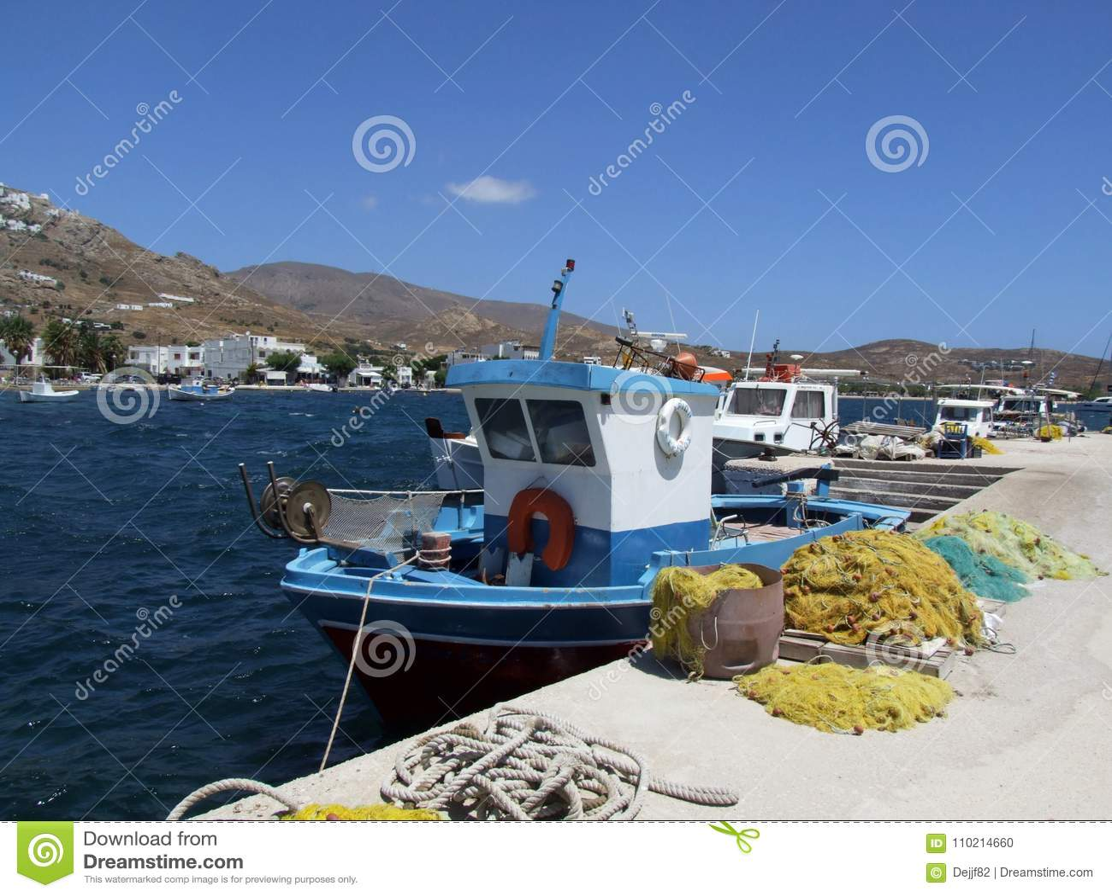 Il peschereccio nel porto a Livadi abbaia sull isola di Serifo