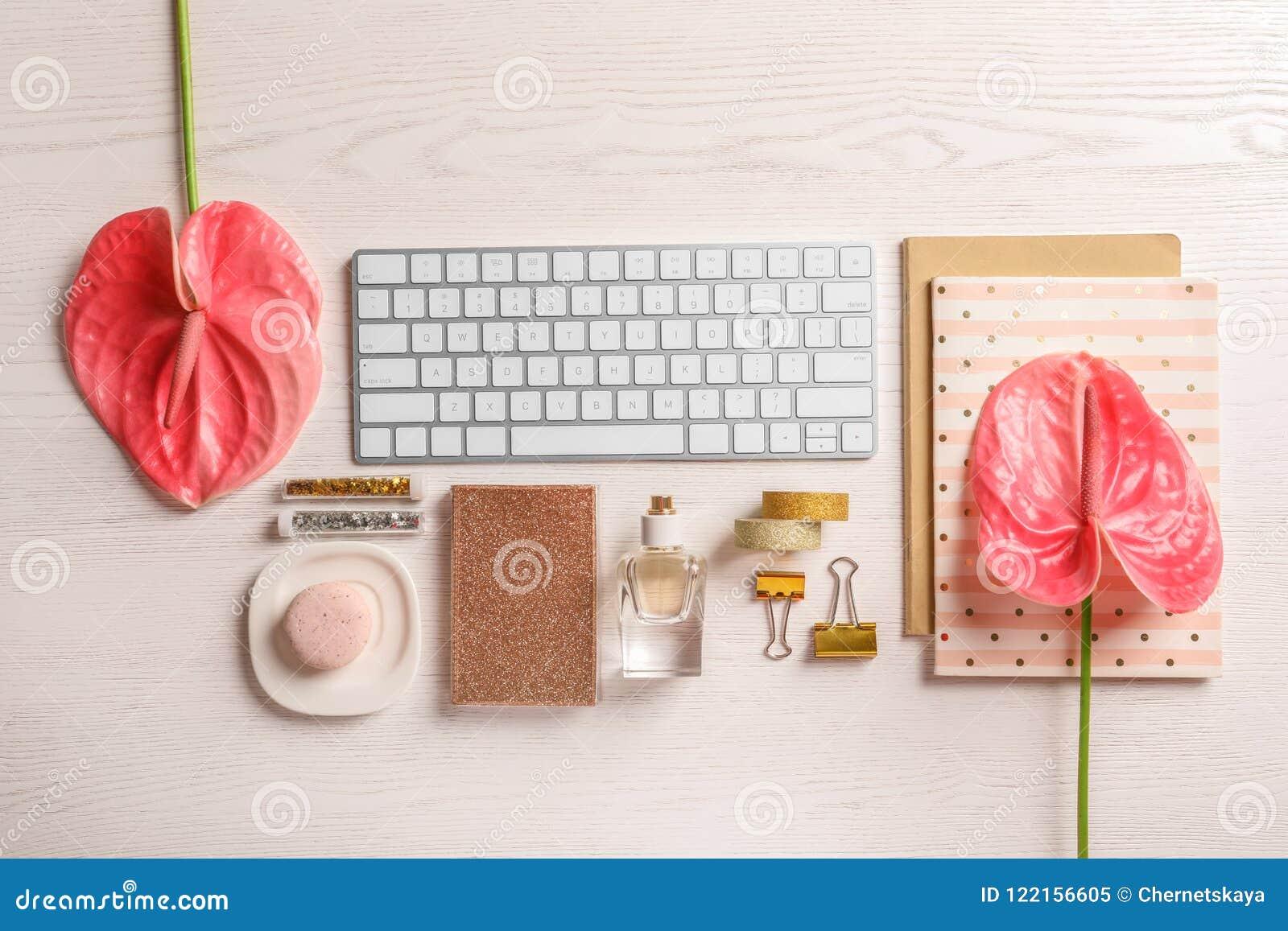Il piano creativo pone la composizione con i fiori e la tastiera di computer tropicali