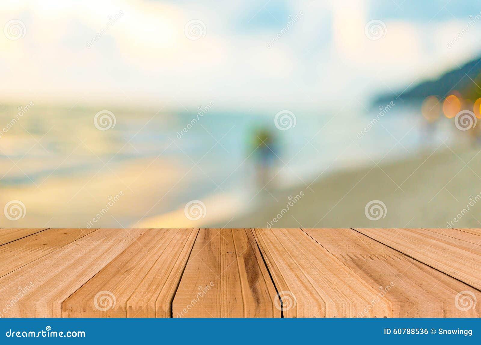 Il piano d appoggio di legno sul fondo blu del cielo & del mare può mettere o montaggio y