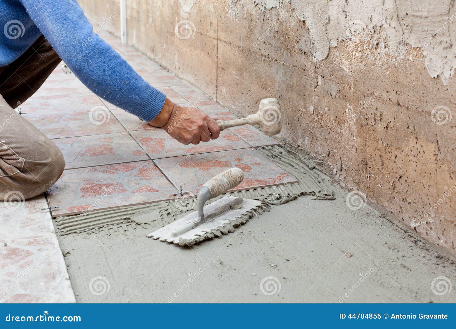 Il piastrellista lavora con la pavimentazione fotografia stock immagine di taglio costruttore - Piastrellista prezzi ...