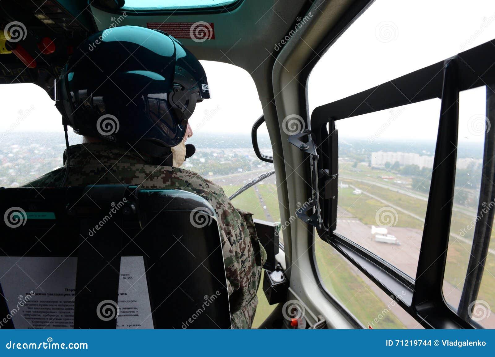 Elicottero 355 : Il pilota di un elicottero di polizia eurocopter come nel
