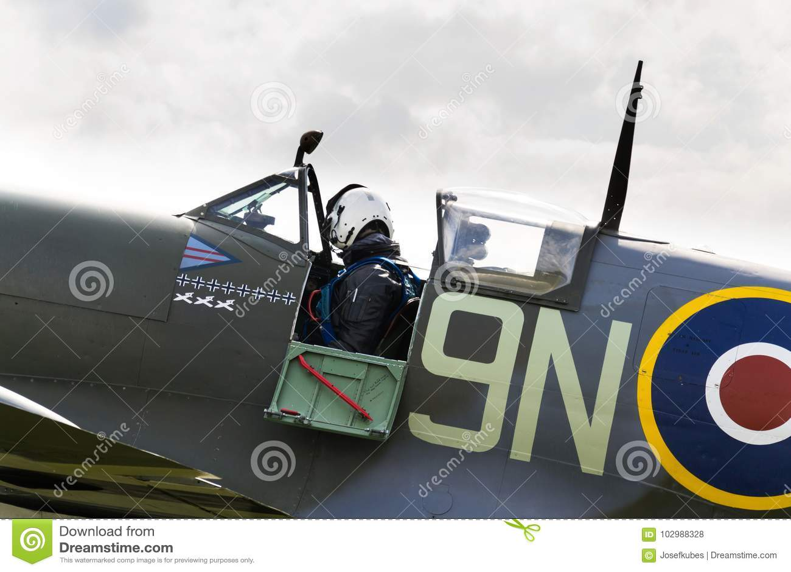 Aereo Da Caccia Usato : Il pilota si siede in cabina di pilotaggio dell aereo da