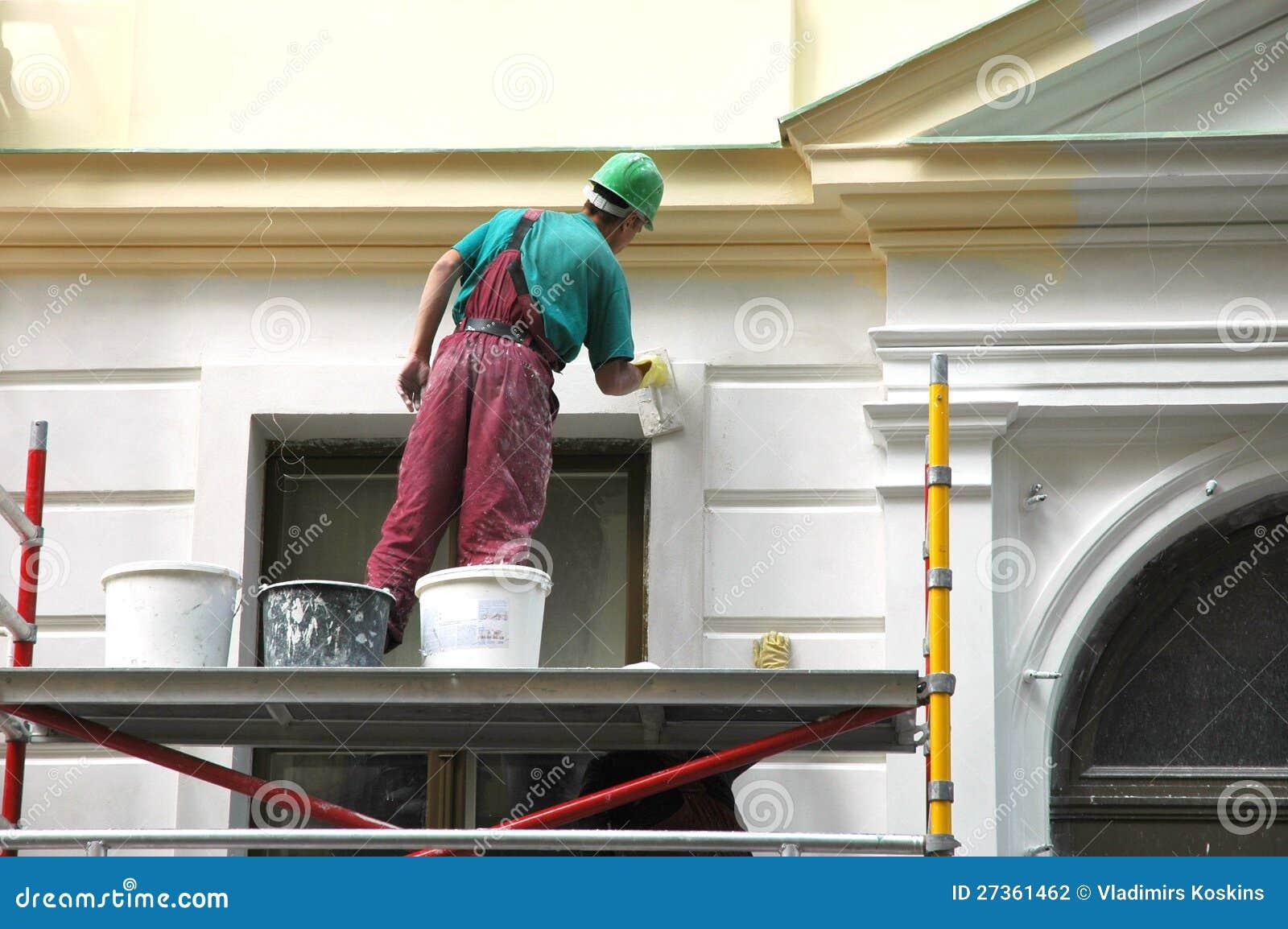 Il pittore di casa dietro lavoro.