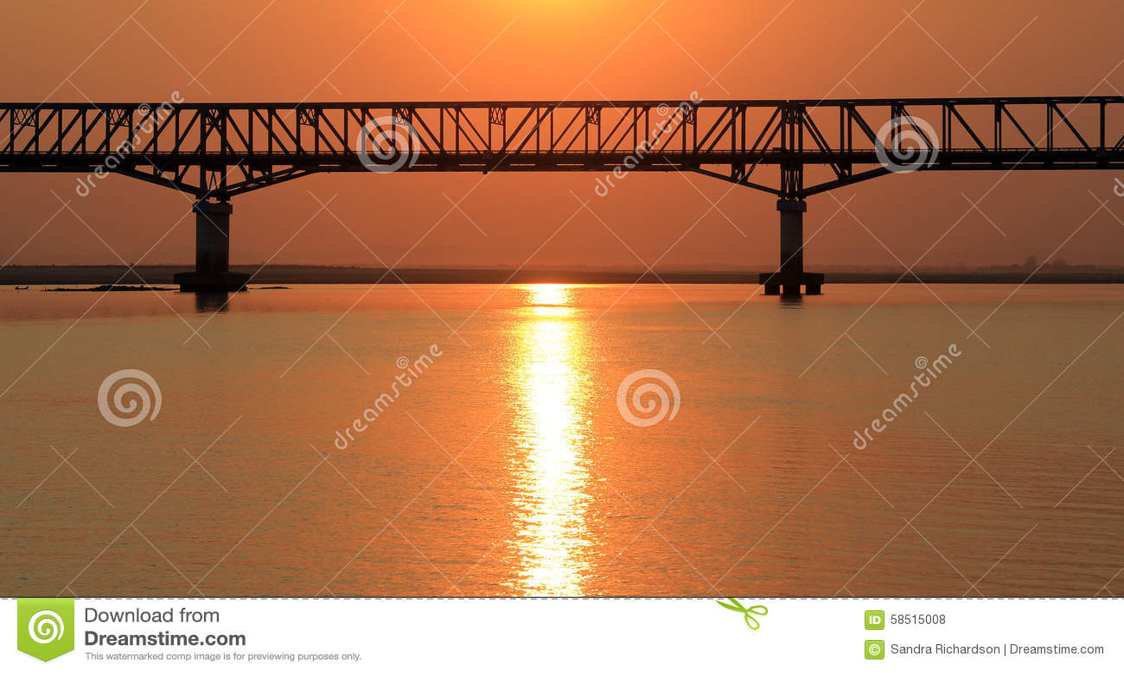 Il ponte al tramonto sul fiume di Irrawaddy