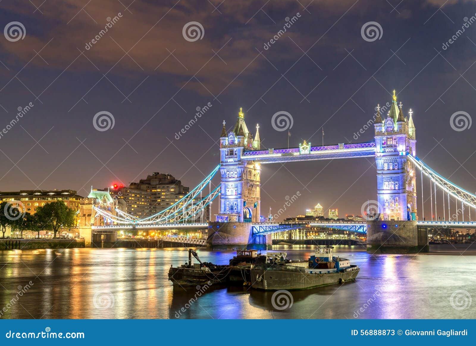 Il ponte della torre alla notte con le barche sul Tamigi - Londra -