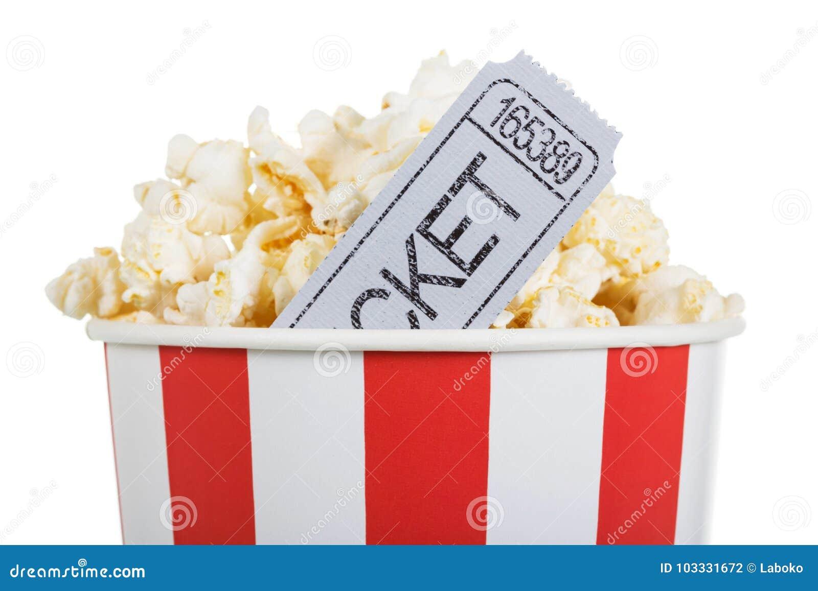 Il popcorn salato in scatola ed il film ettichettano, isolato su bianco