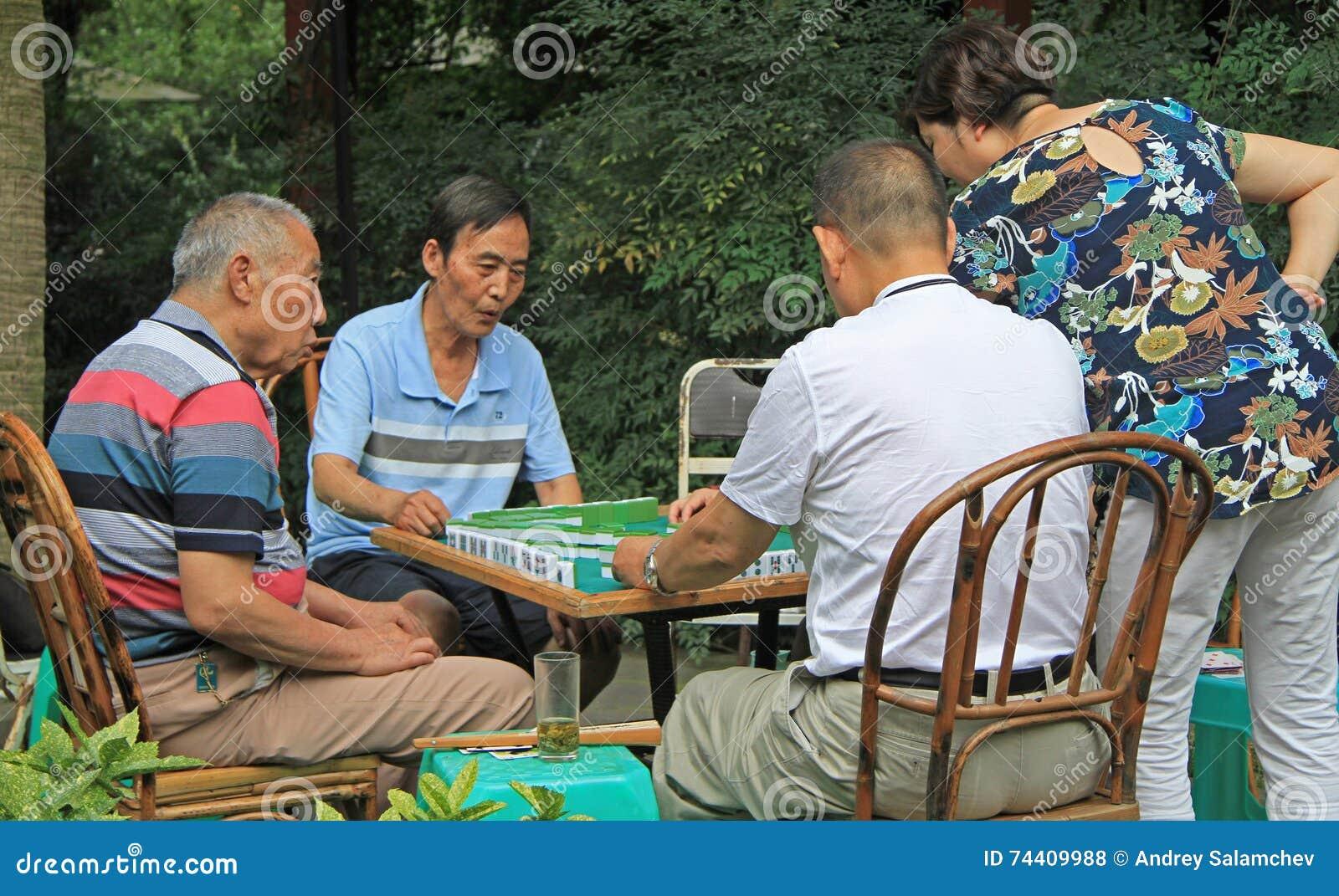 Il popolo cinese sta giocando il domino all aperto in parco di Chengdu