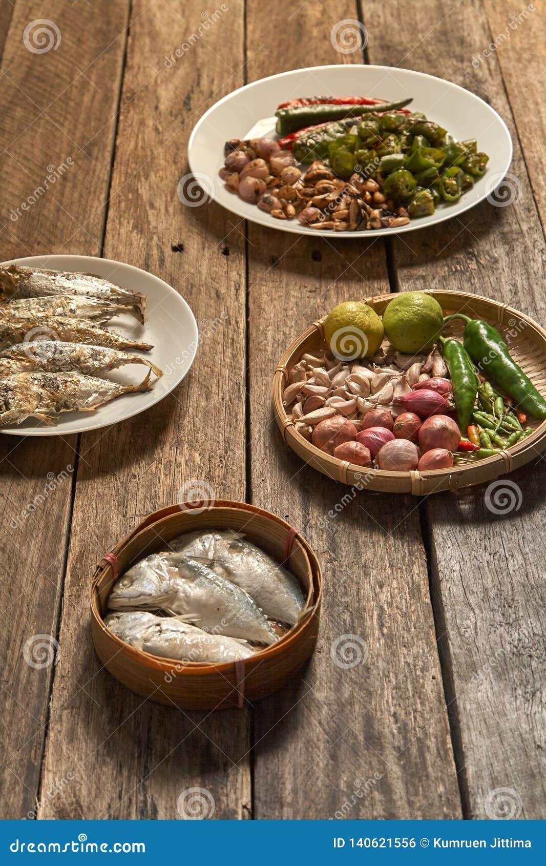 Il prik del nam di cucina o la pasta tailandese del peperoncino rosso si mescola