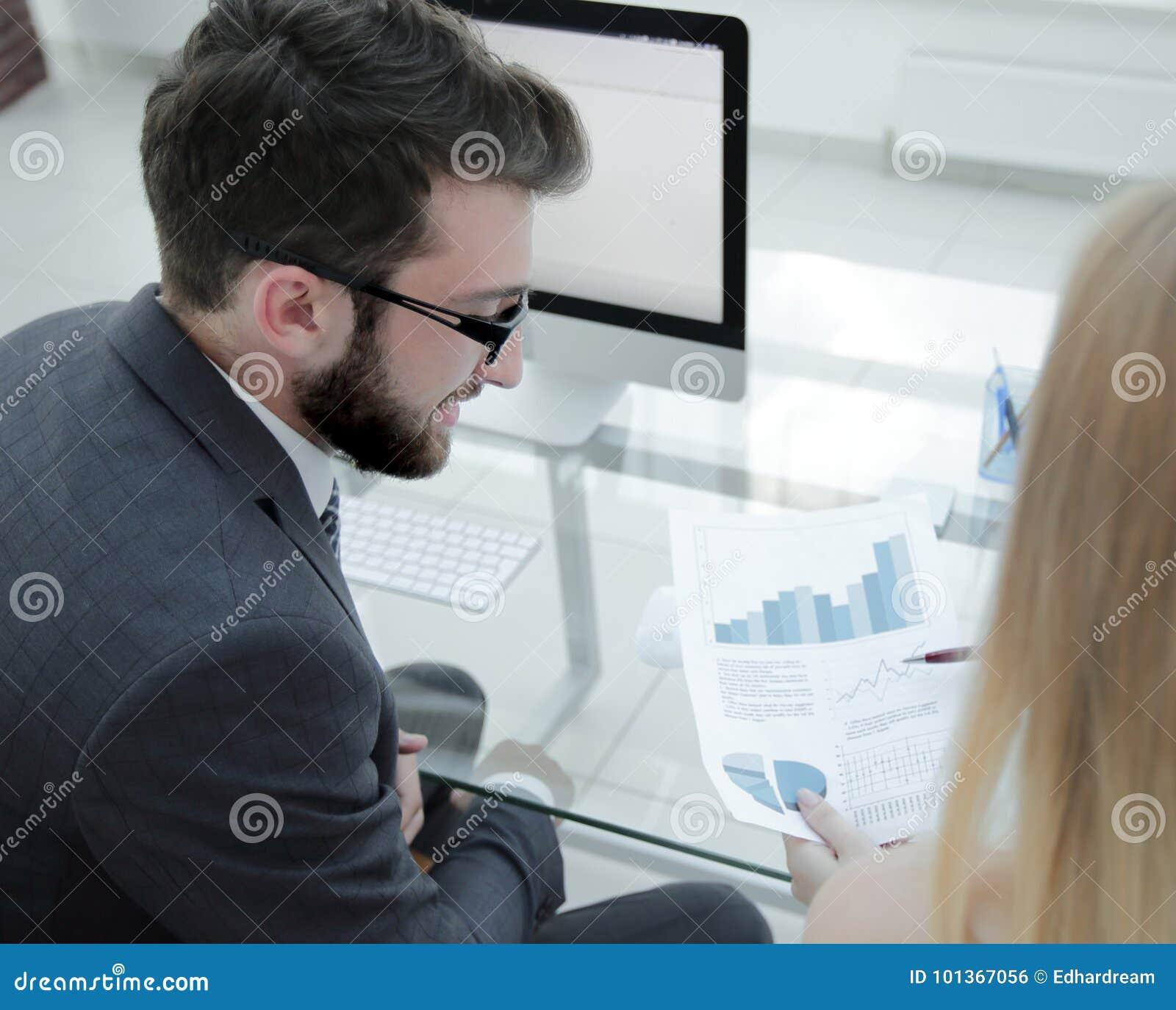 Il primo piano degli impiegati del ` s della società funziona con informazioni finanziarie