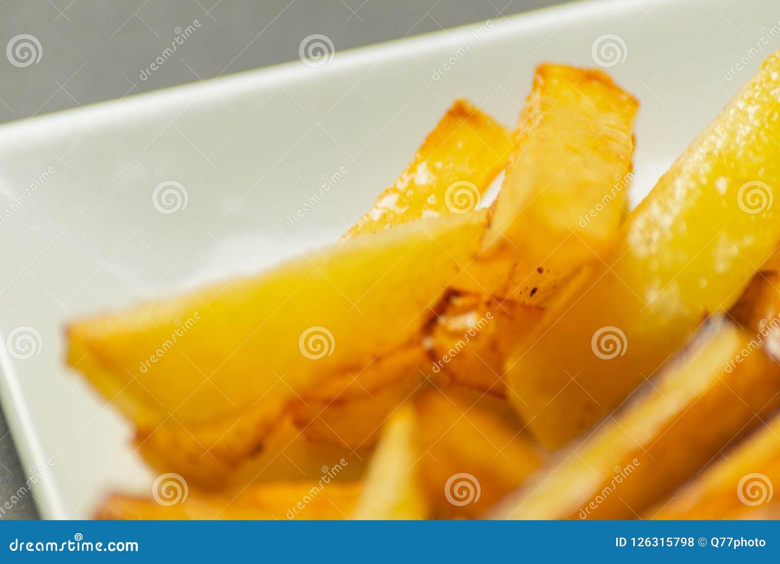 Il primo piano delle fritture dorate ha preparato dalle patate fresche, grasse ma