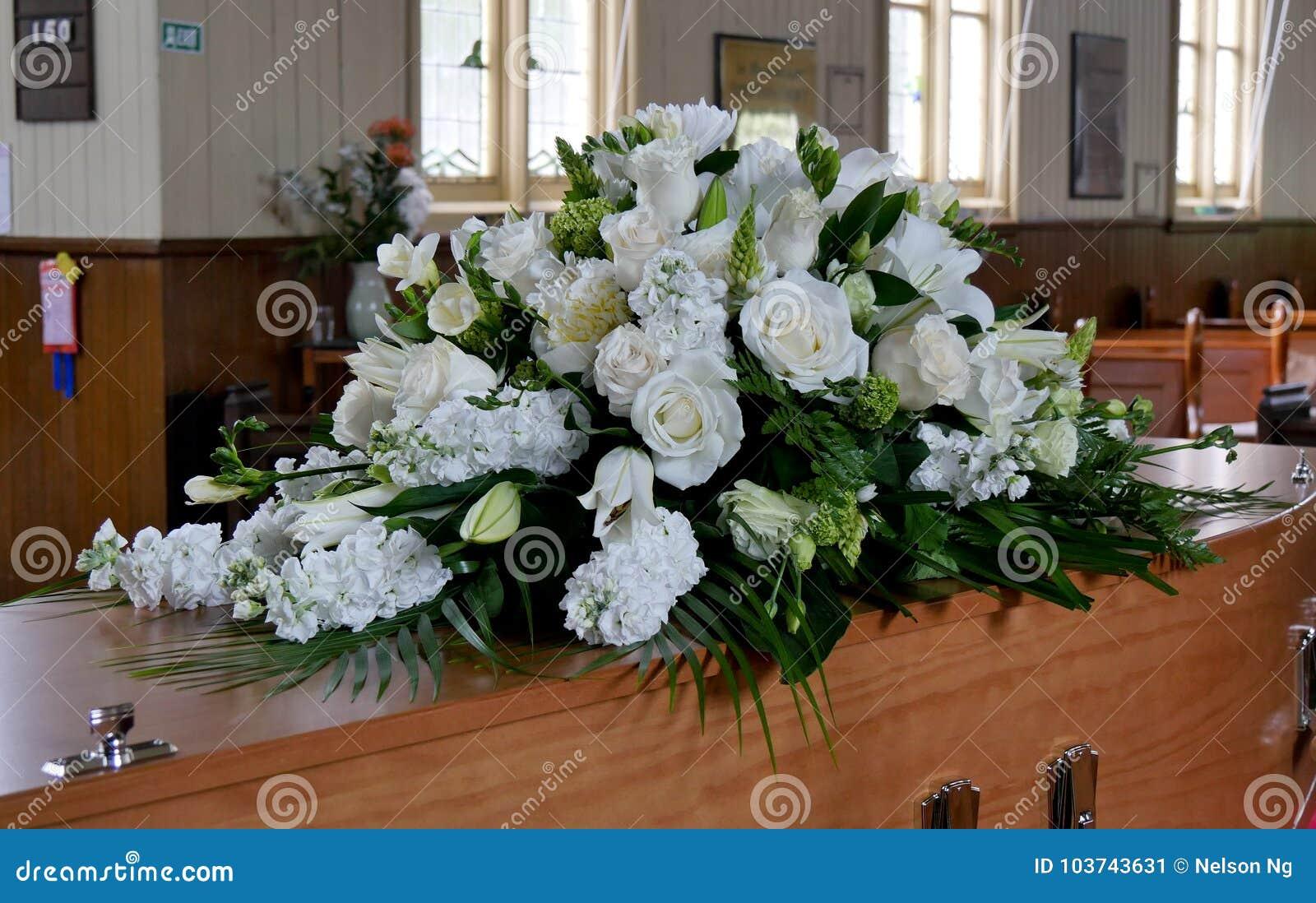 Il primo piano ha sparato di un cofanetto variopinto in una saettia o della cappella prima del funerale o della sepoltura al cimi