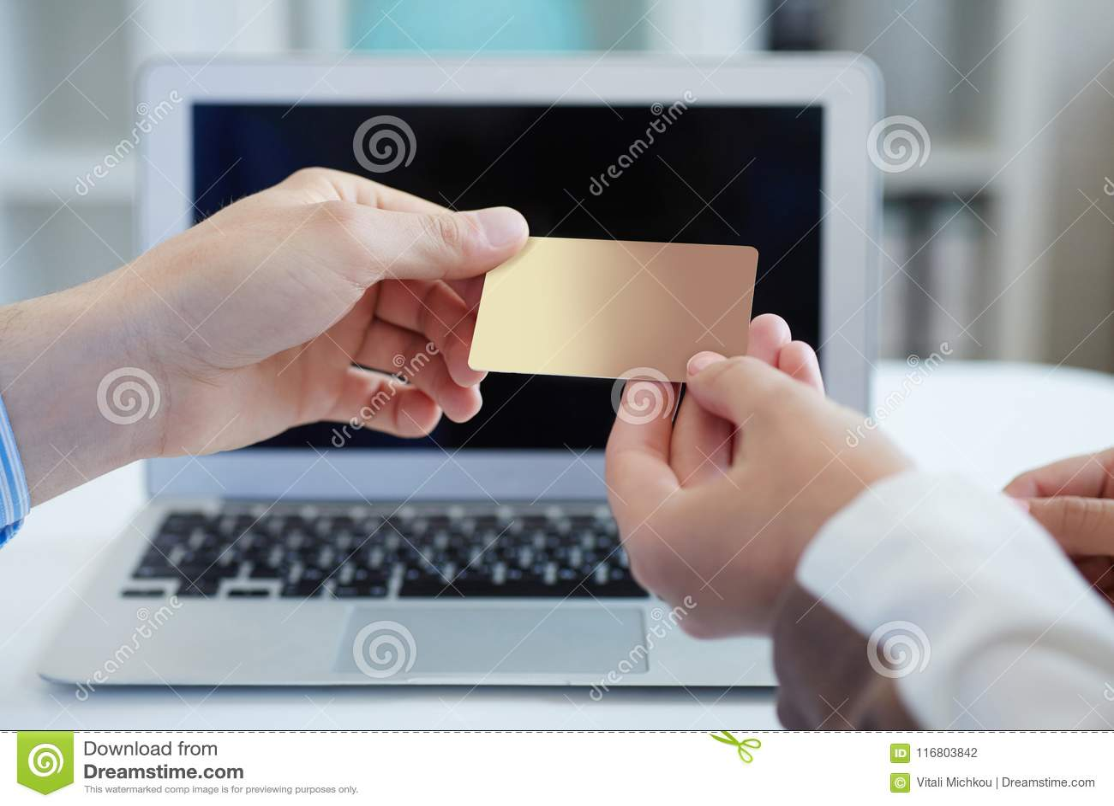 Il primo piano ha sparato di una mano del ` s della donna che dà una carta di credito di pagamento al venditore nel deposito di c
