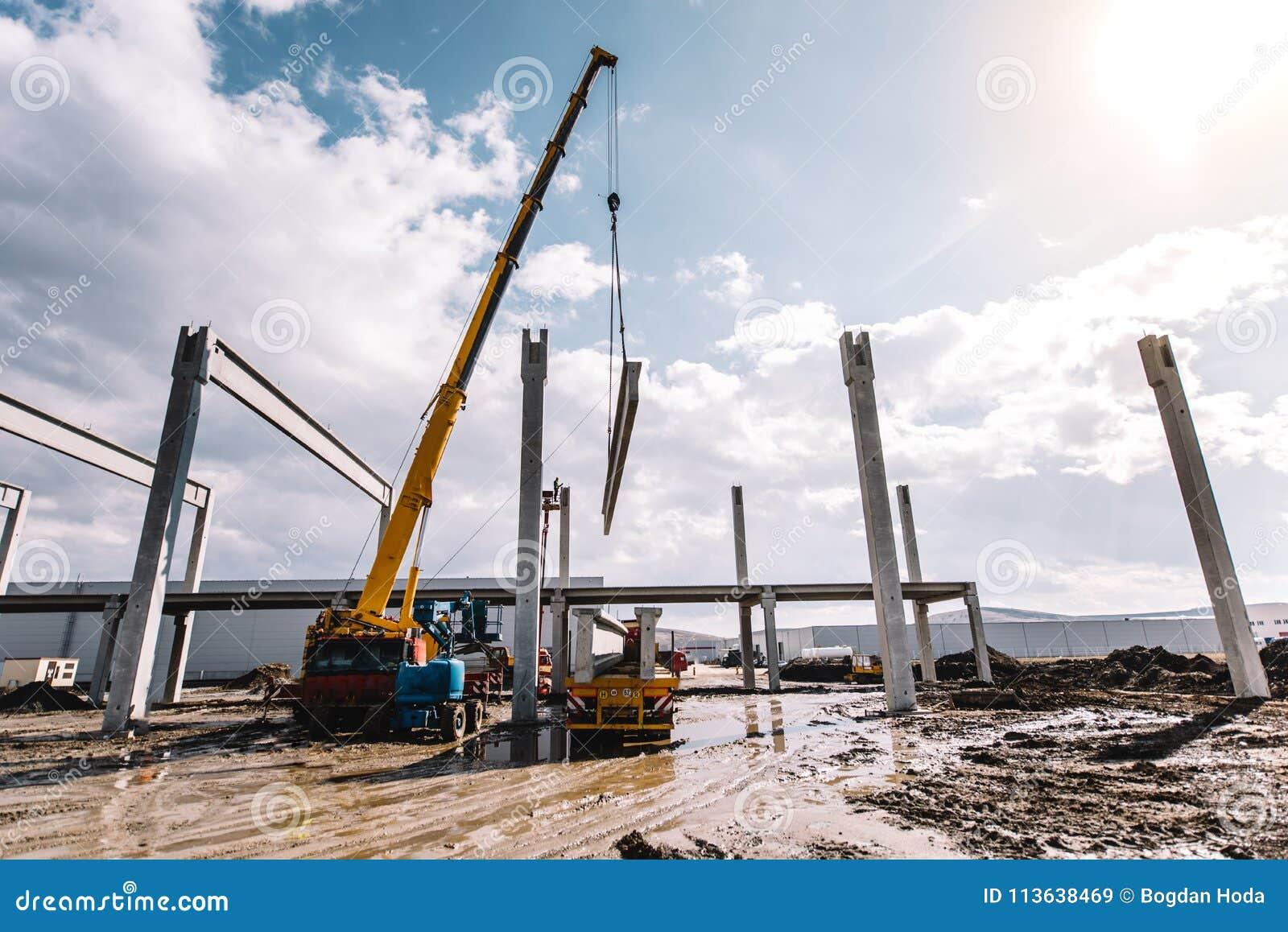 Il processo dello scarico del carico facendo uso della gru, cemento industriale ha fuso la p