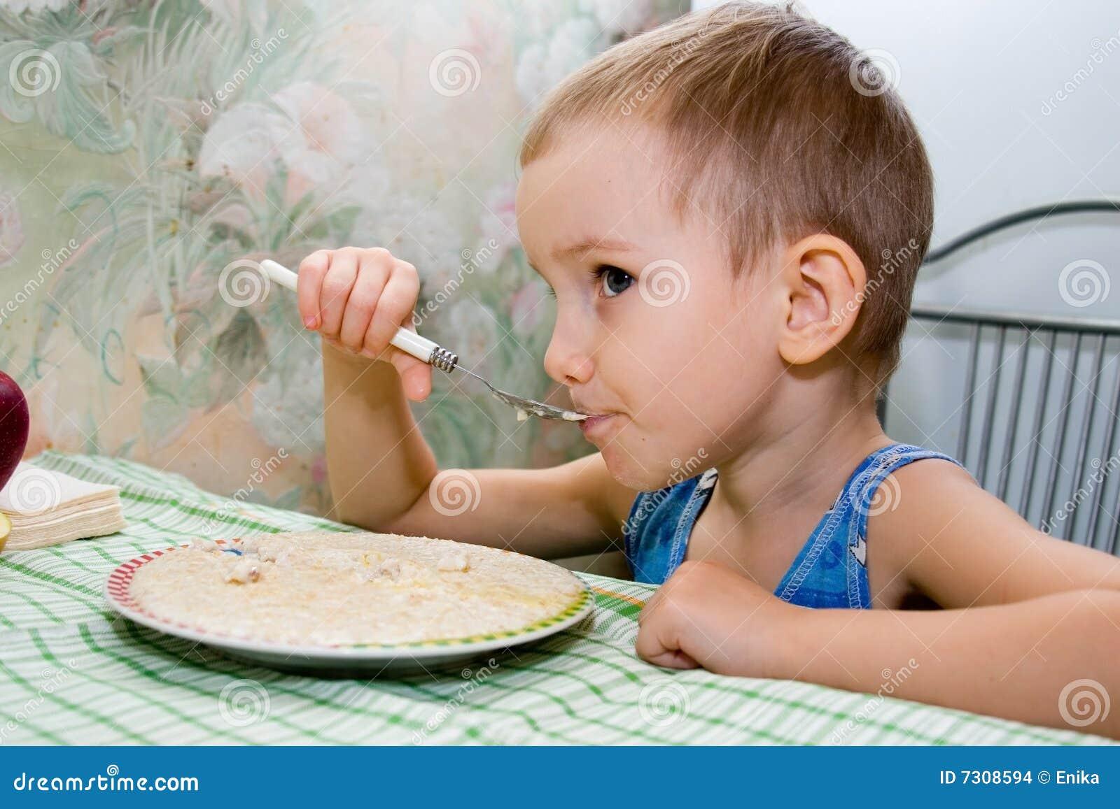 Il ragazzino mangia il porridge