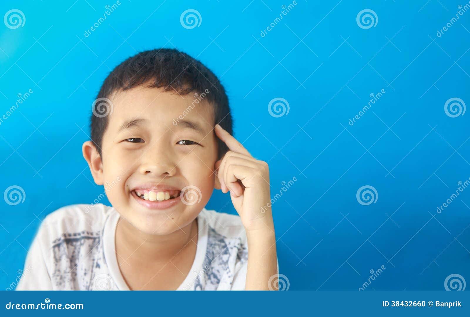 Il ragazzo astuto pensa ed ottiene l idea quindi sorride