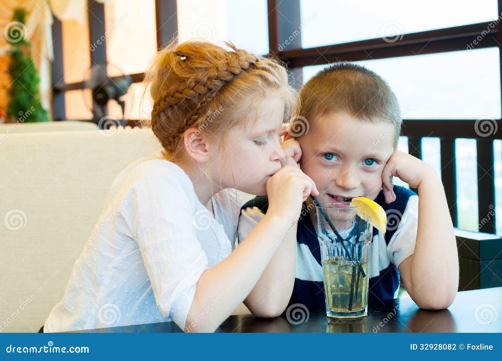 Il ragazzo e la ragazza bevono una bevanda
