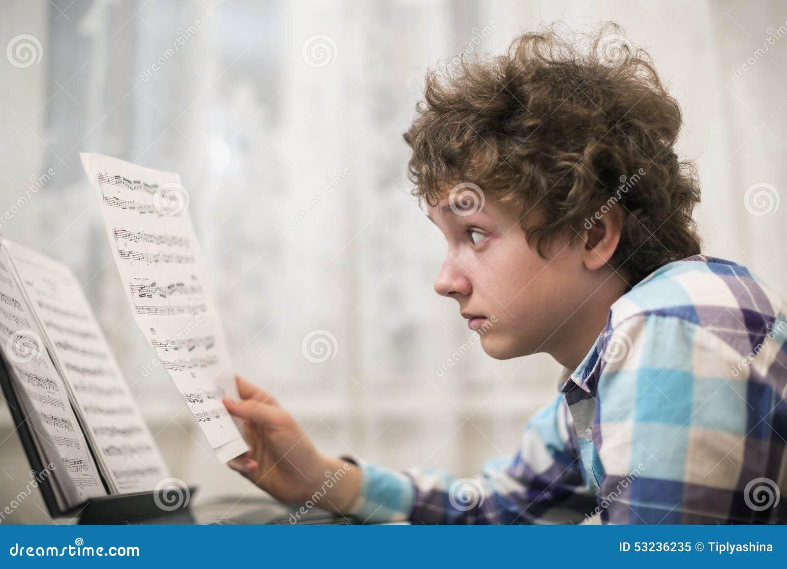 Il ragazzo gioca il piano