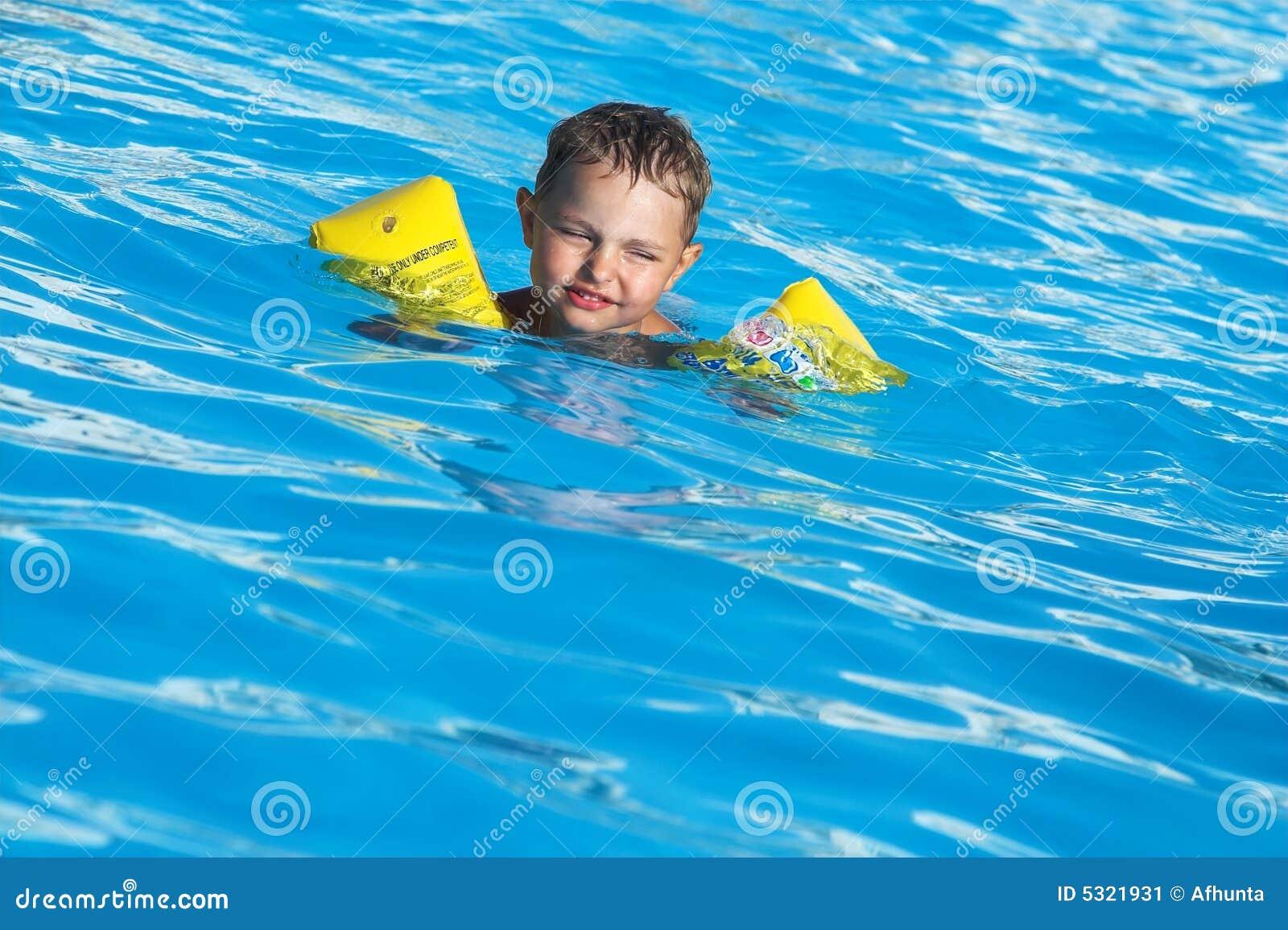 Download Il Ragazzo In Raggruppamento Immagine Stock - Immagine di ridere, calore: 5321931