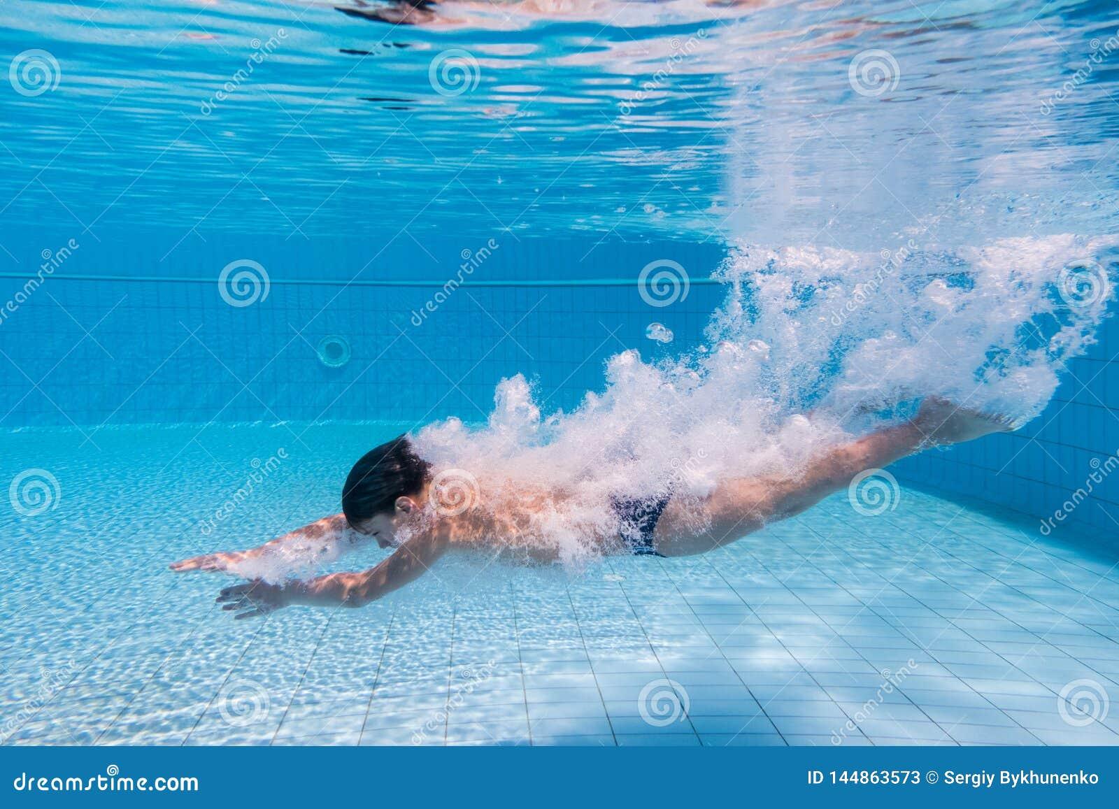 Il ragazzo si tuffa la piscina