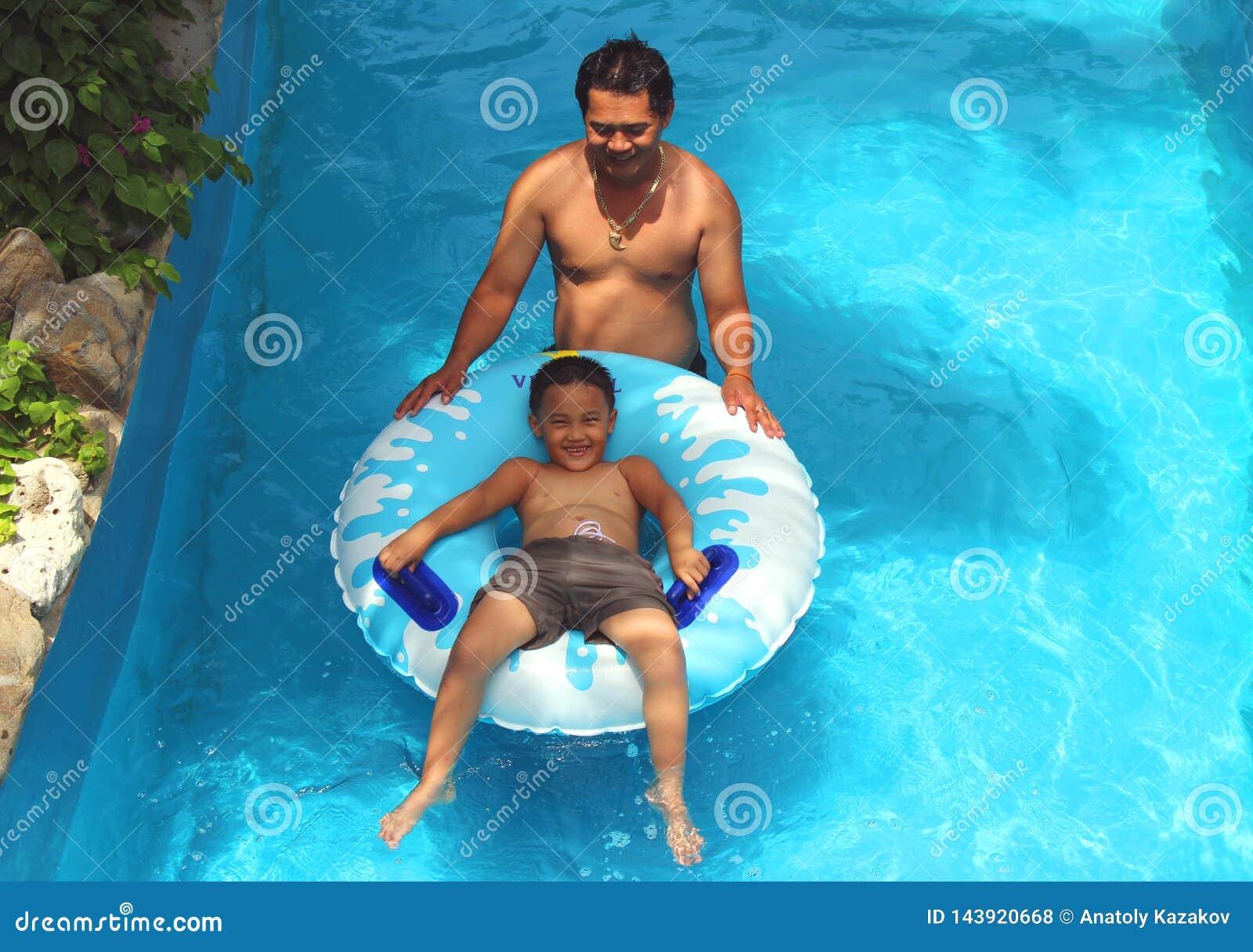Il ragazzo sta galleggiando su un materasso gonfiabile