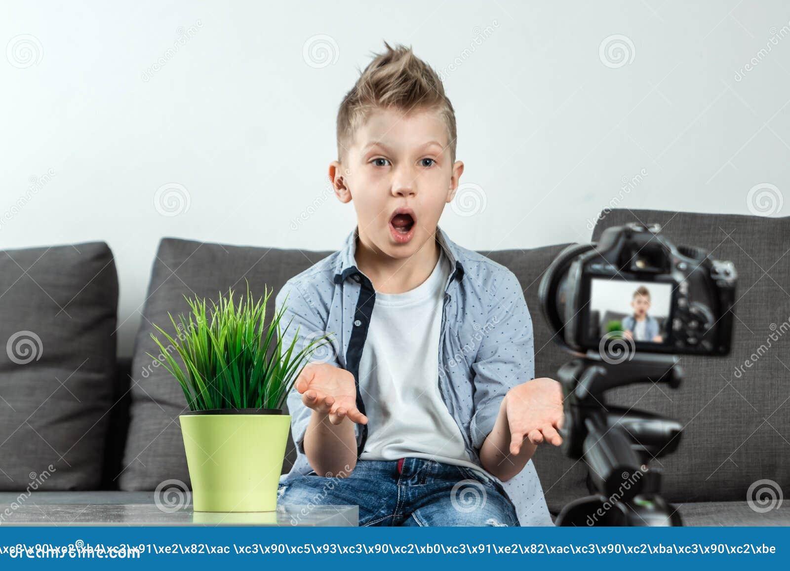 Il ragazzo sta sedendosi davanti ad una macchina fotografica di SLR, primo piano Blogger, blogging, tecnologia, guadagni su Inter