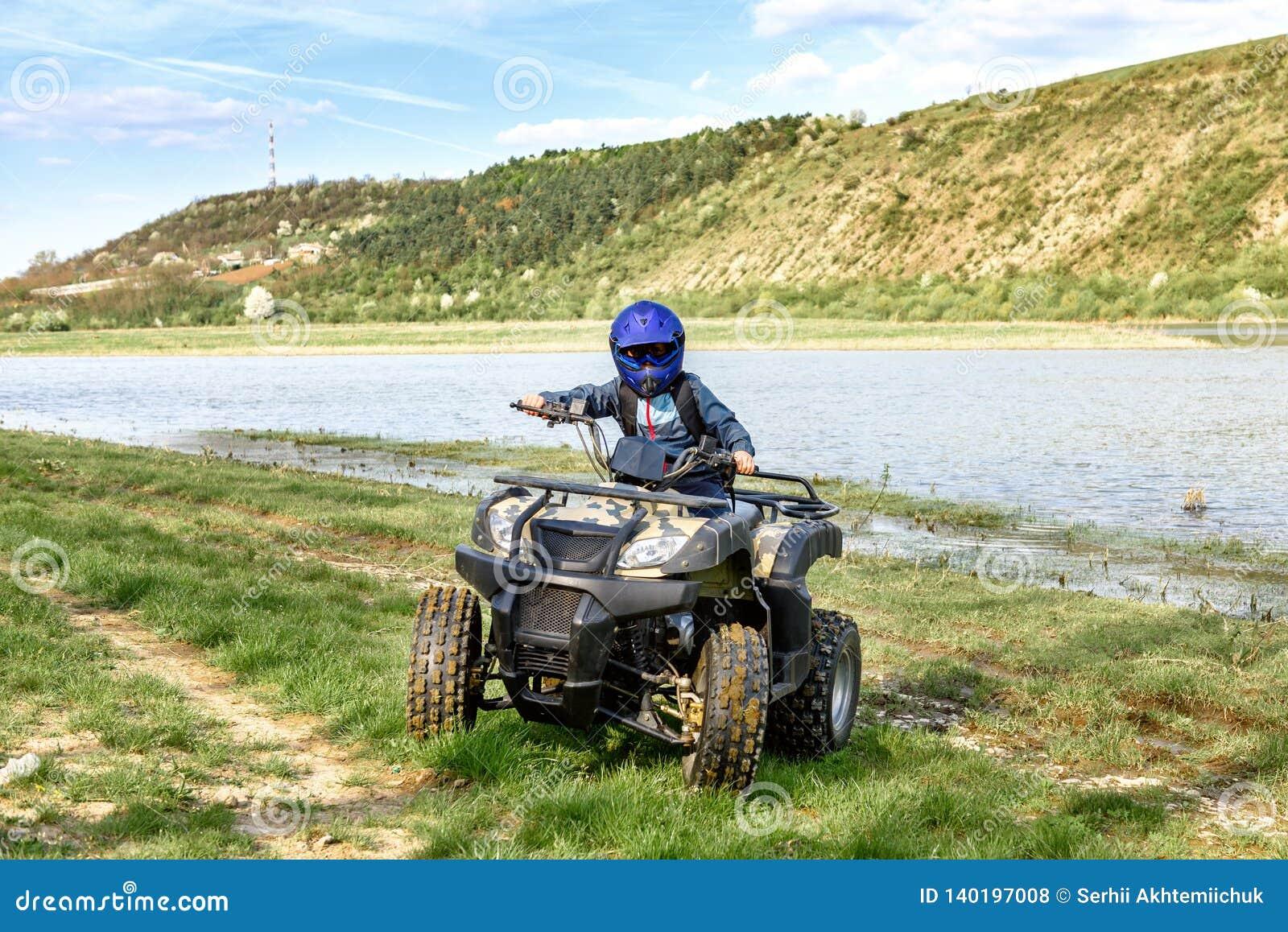 Il ragazzo sta viaggiando su un ATV Bella vista