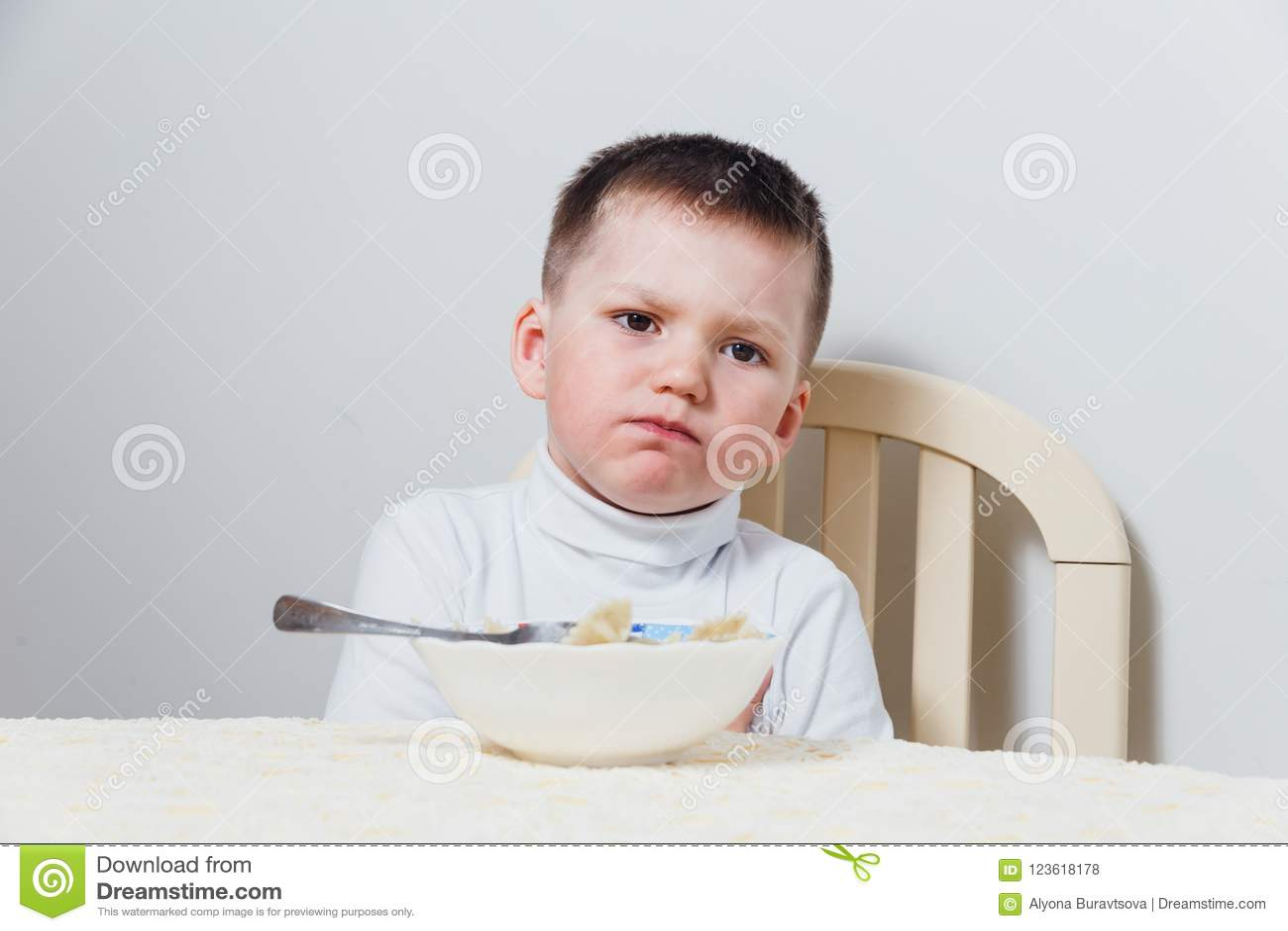 Il ragazzo triste non vuole mangiare