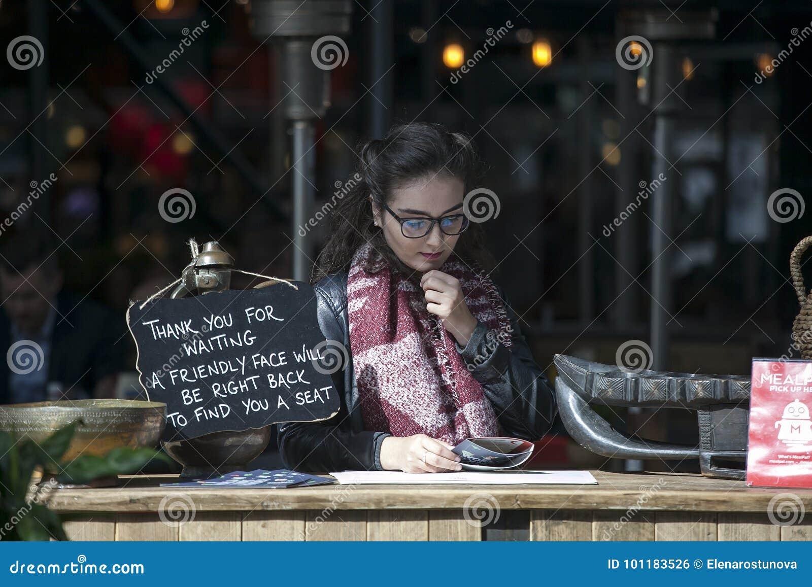 Il responsabile del ristorante legge il menu in attesa degli ospiti Il piatto dice: