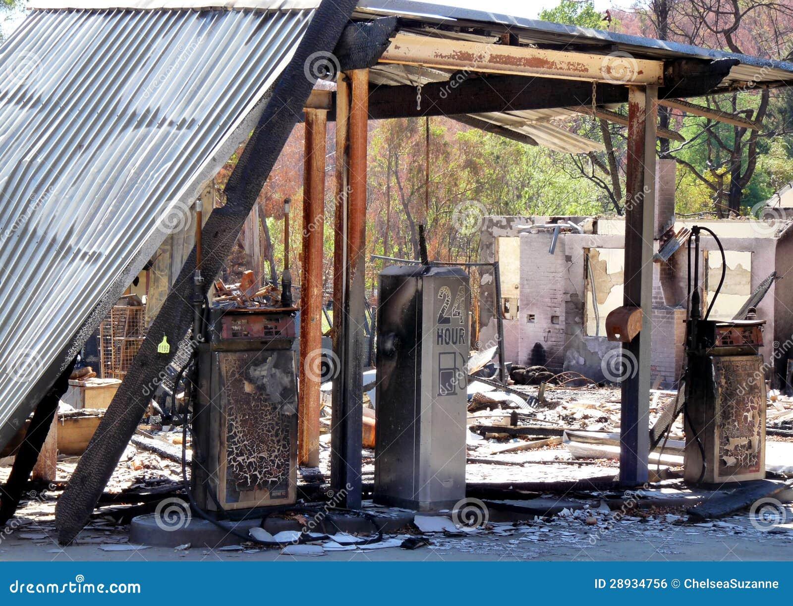 Il resti di un combustibile e di una stazione di servizio dei fuochi del cespuglio in Port Victoria, Australia in 2009
