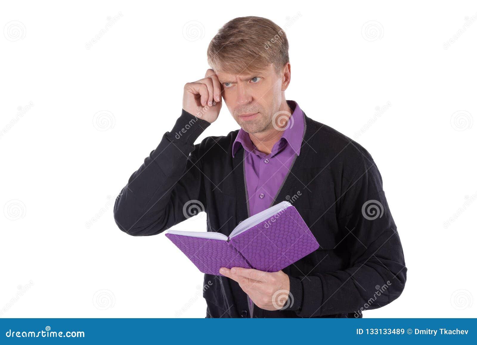 Il ritratto dell uomo di medio evo vestito in cardigan scrive in un taccuino su fondo bianco