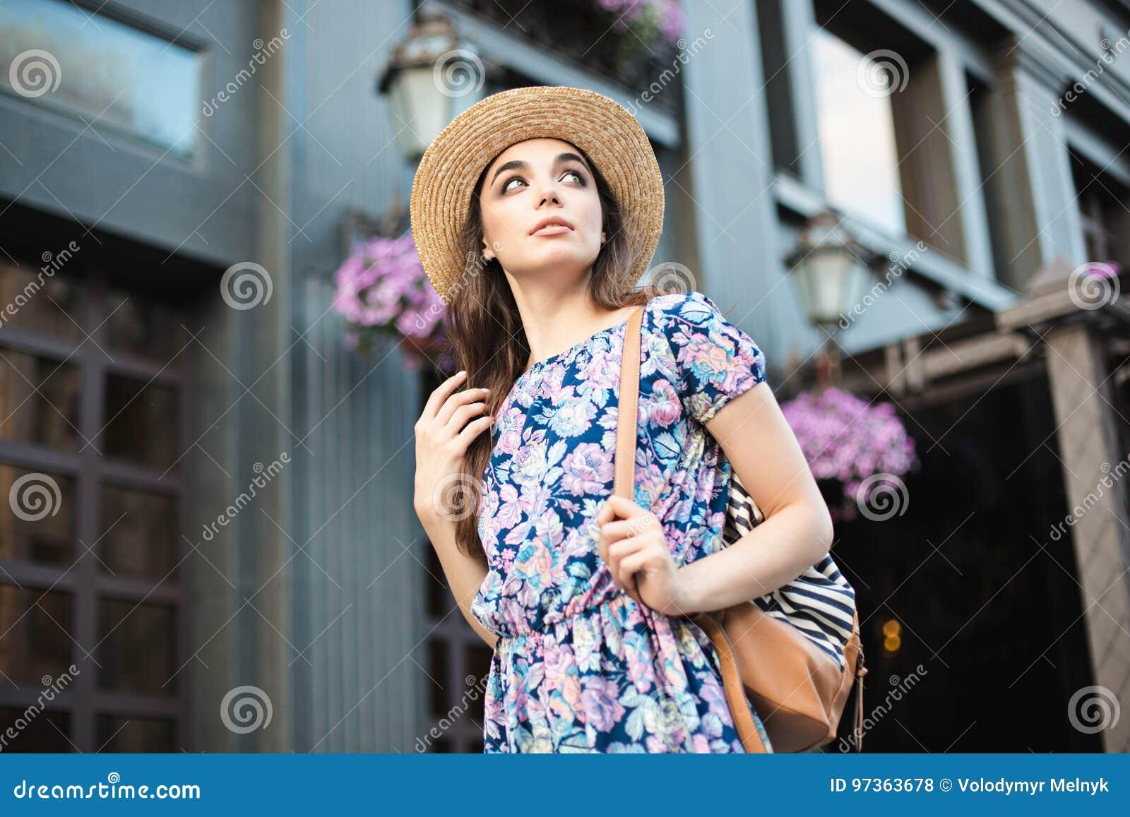 Il ritratto della donna di modo della ragazza abbastanza d avanguardia dei giovani che posa alla città in Europa