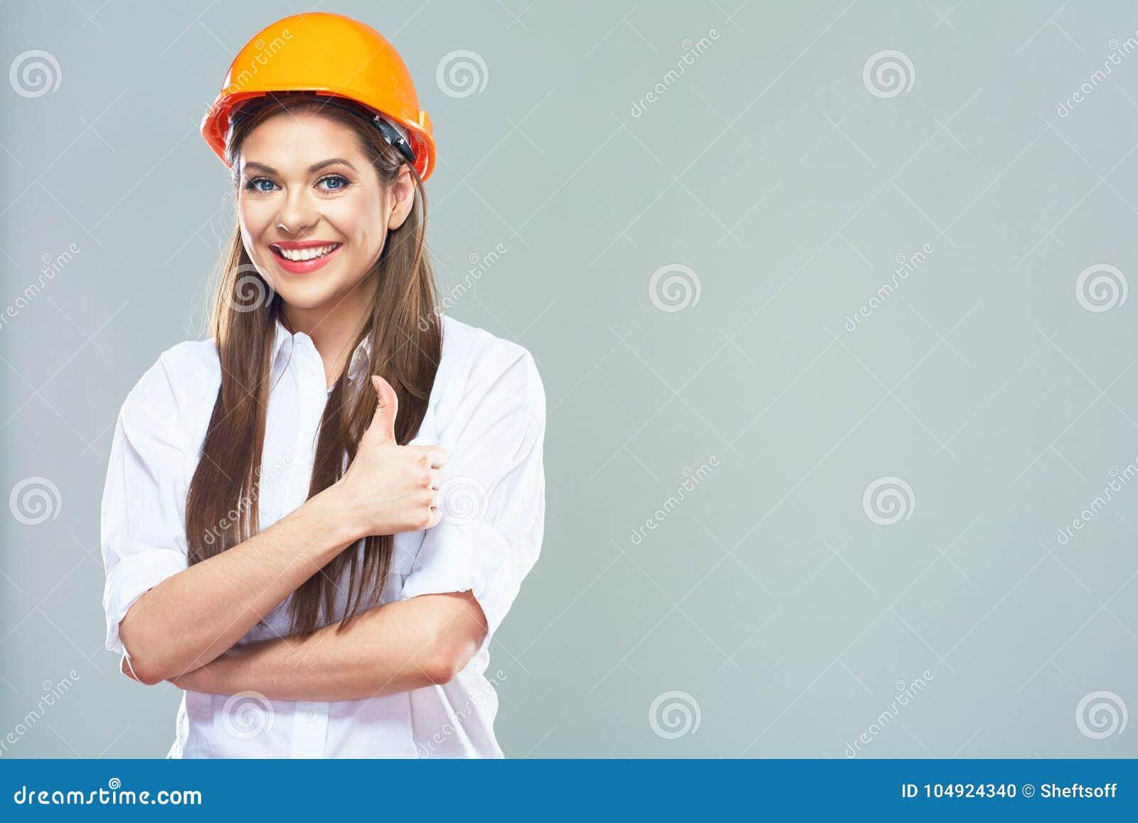 Il ritratto della manifestazione sorridente del consulente della proprietà della donna sfoglia su