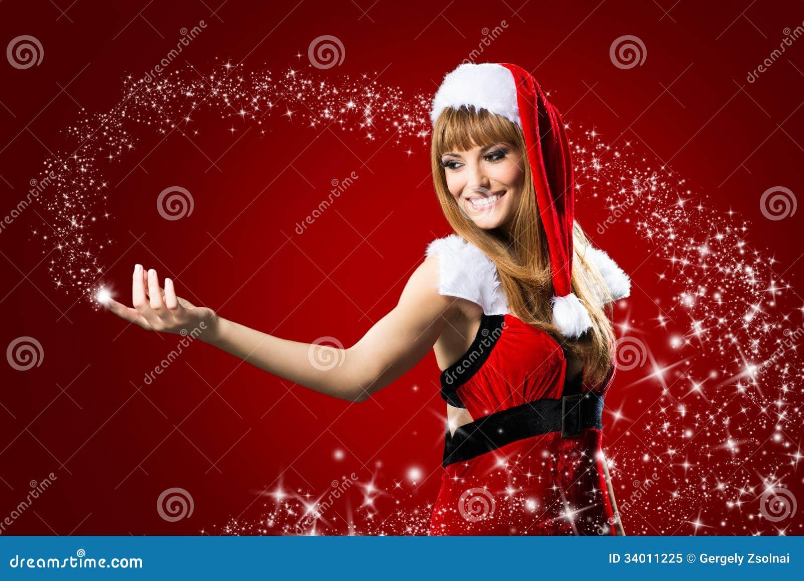 Il ritratto di bella ragazza sexy che indossa il Babbo Natale copre