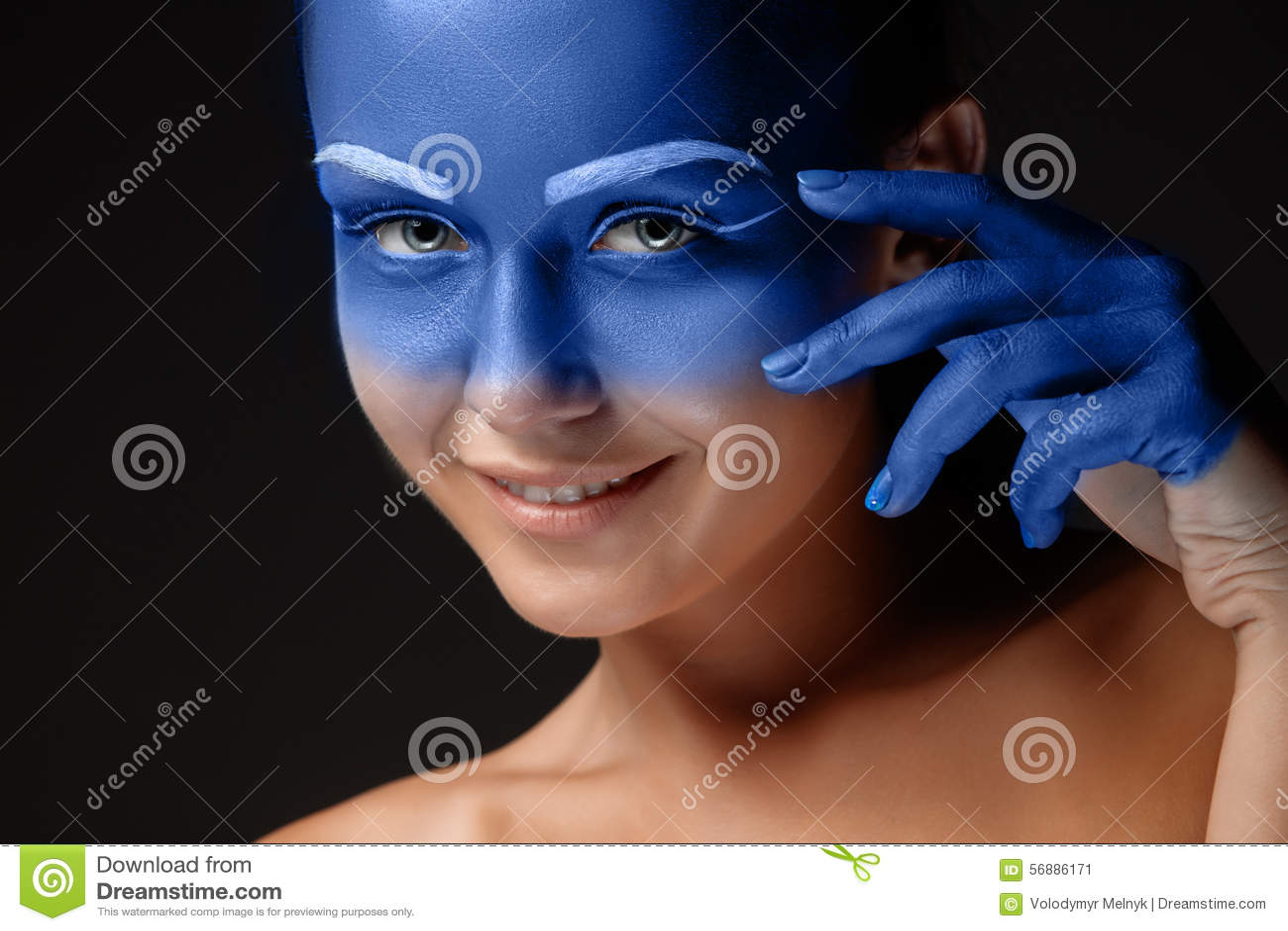 Il ritratto di una donna che sta posando ha coperto