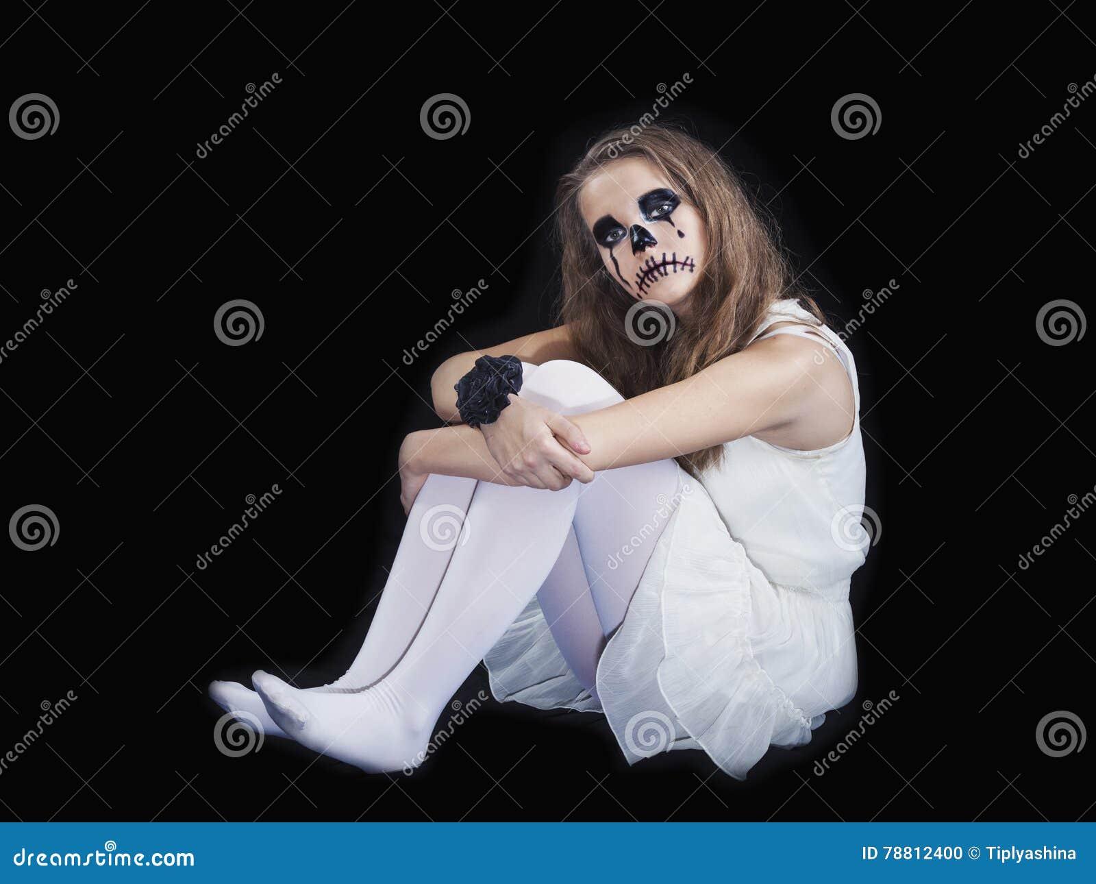 Il ritratto di una ragazza si è vestito per la celebrazione di Halloween