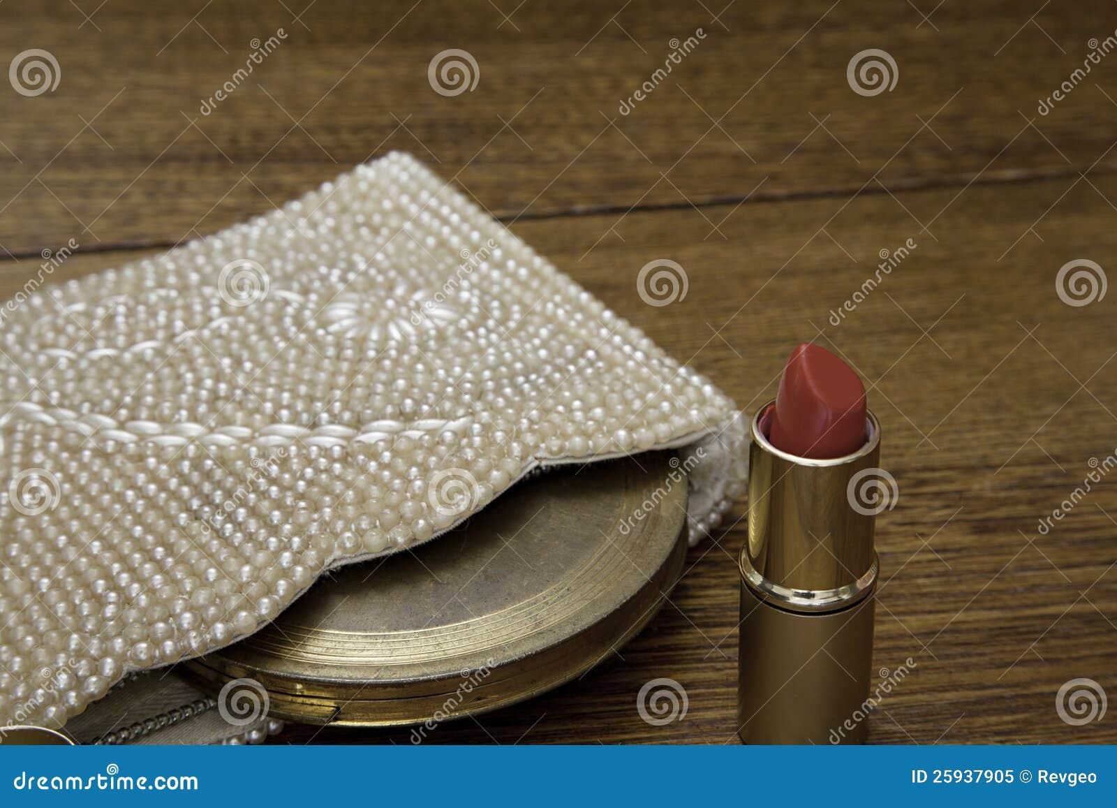 Il rossetto rosso con la borsa 1920 e l annata comprimono