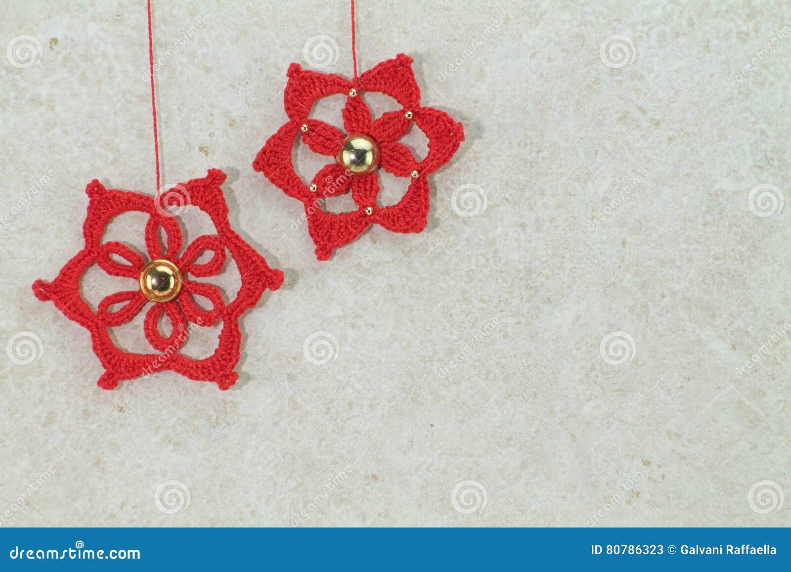 Il Rosso Due Lavora Alluncinetto Le Stelle Di Natale Con Il Bottone