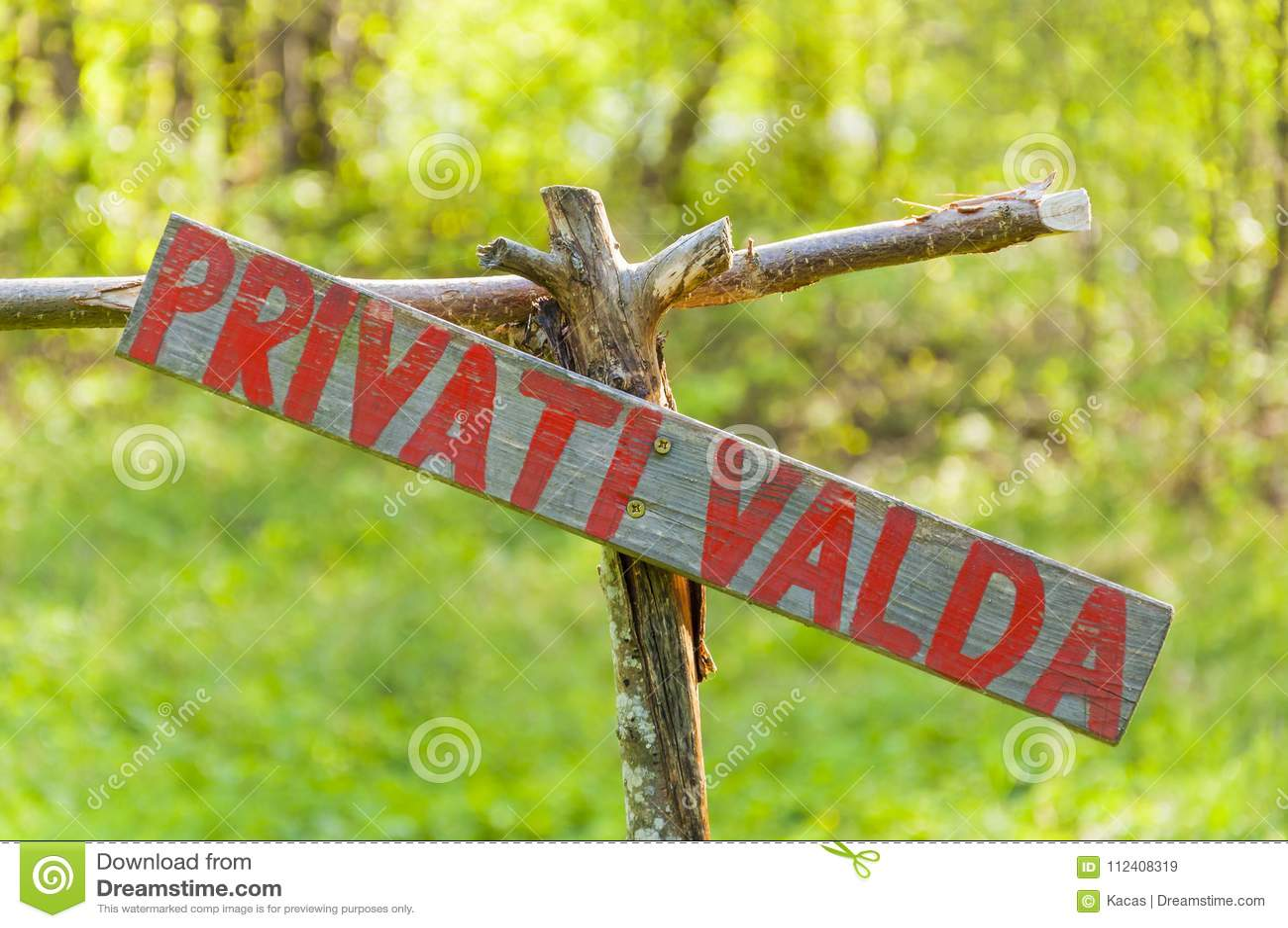 Il rosso fatto a mano ha dipinto la proprietà privata di legno del segno nel lituano