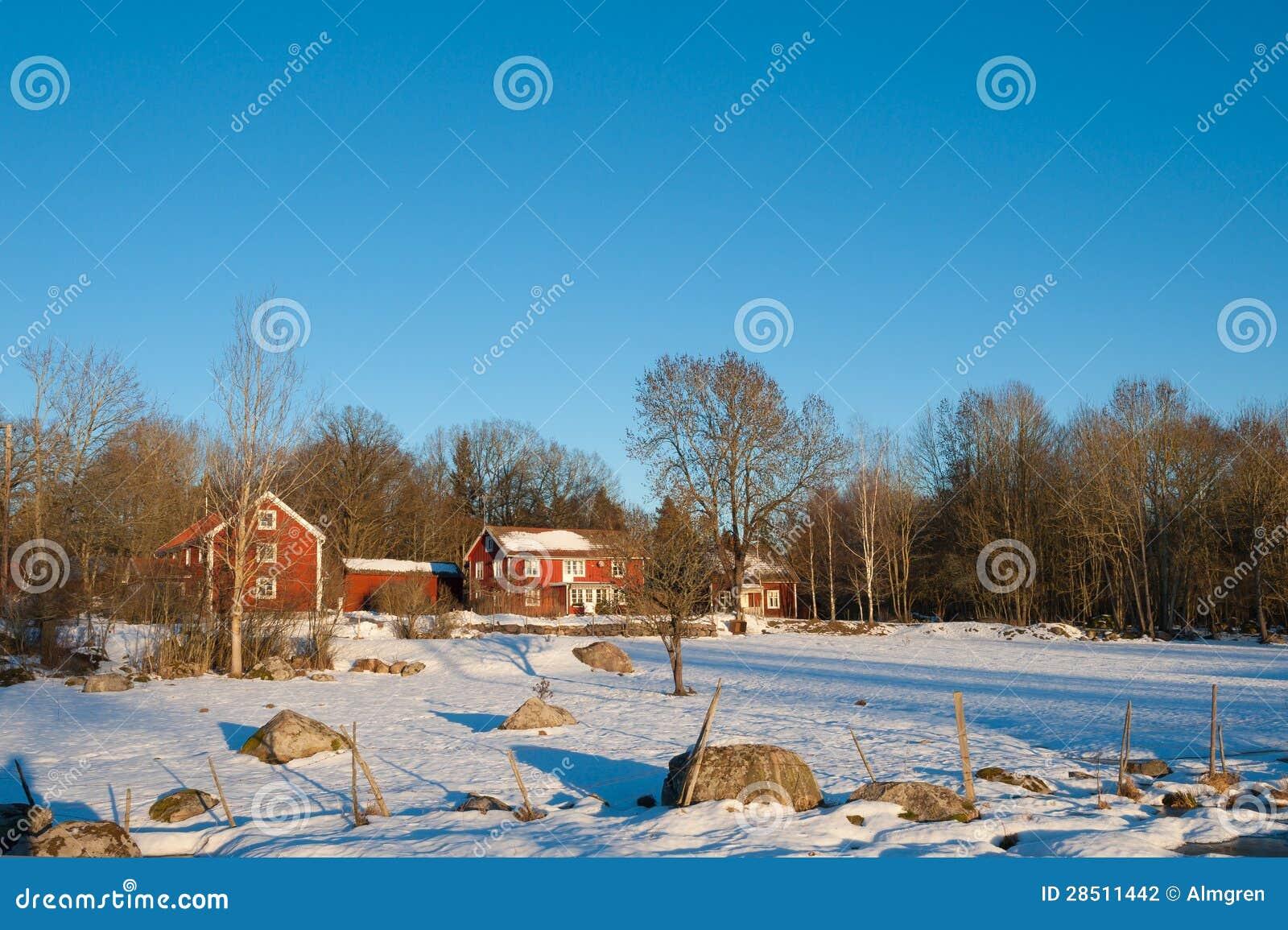 Il rosso ha dipinto le case di legno svedesi in un for Disegni paesaggio invernale