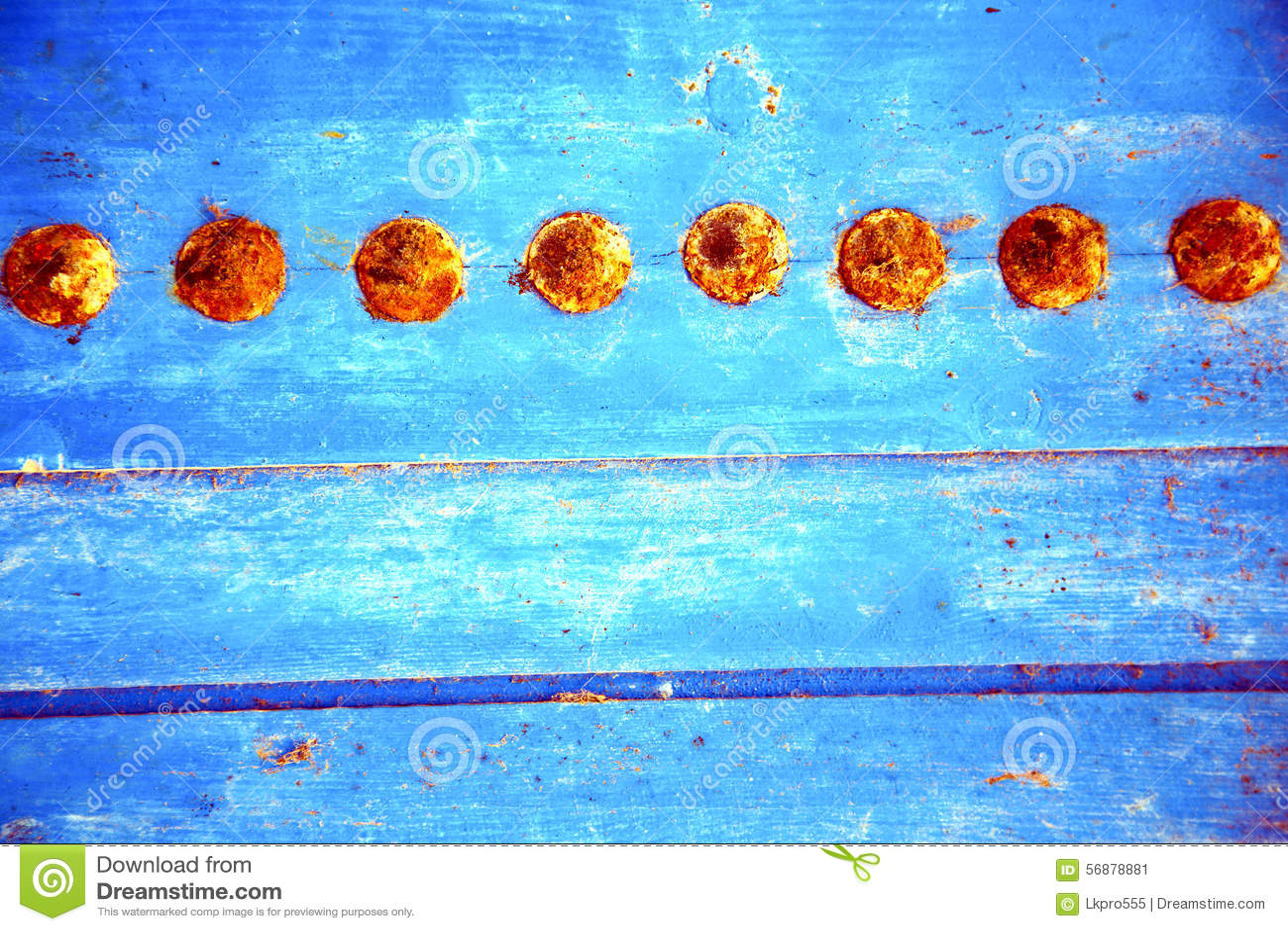 Il rosso ha spogliato la pittura in porta di legno blu ed in chiodo arrugginito
